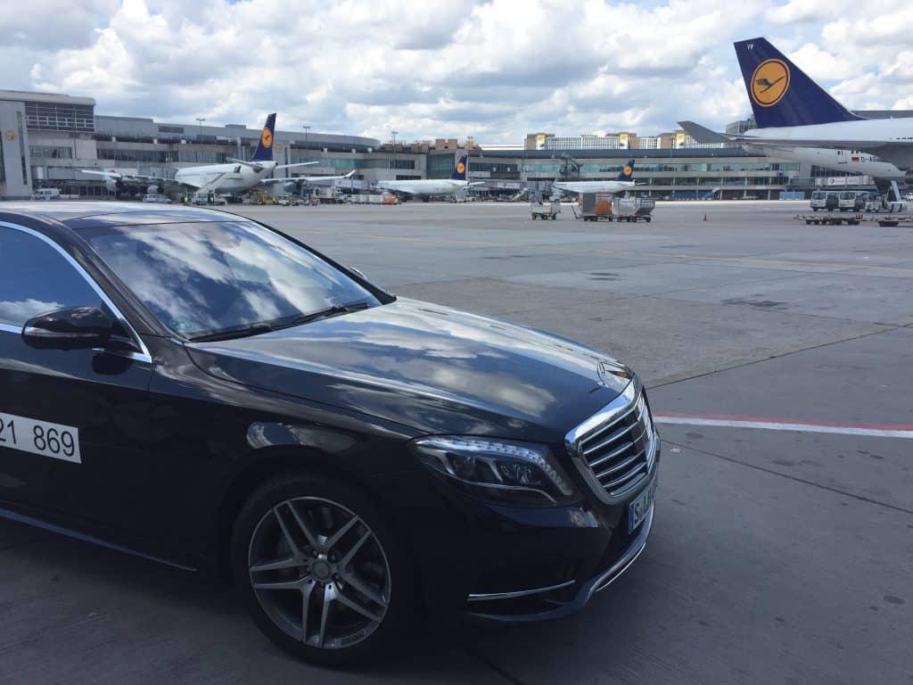 Wer ab Frankfurt in der Lufthansa First Class fliegt, wird vom Chauffeur übers Rollfeld direkt zum Flugzeug gebracht.