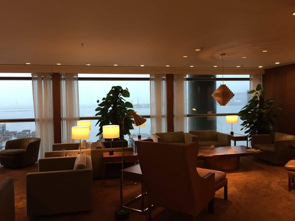 Cathay Pacific First Class Lounge The Pier Sitzgelegenheiten mit Blick aufs Rollfeld