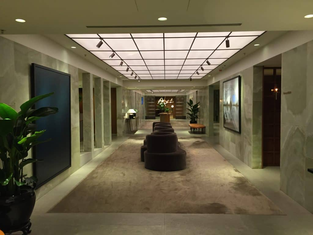 Cathay Pacific First Class Lounge The Pier Zentraler Flur