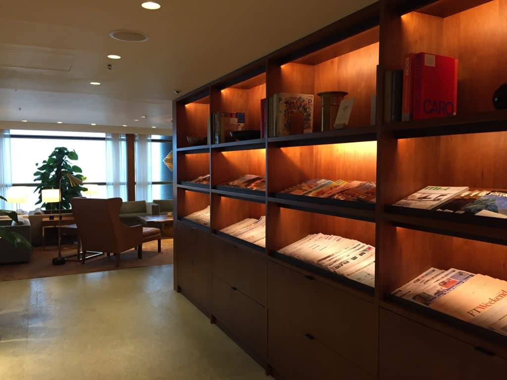 Cathay Pacific First Class Lounge The Pier Zeitschriftenauswahl
