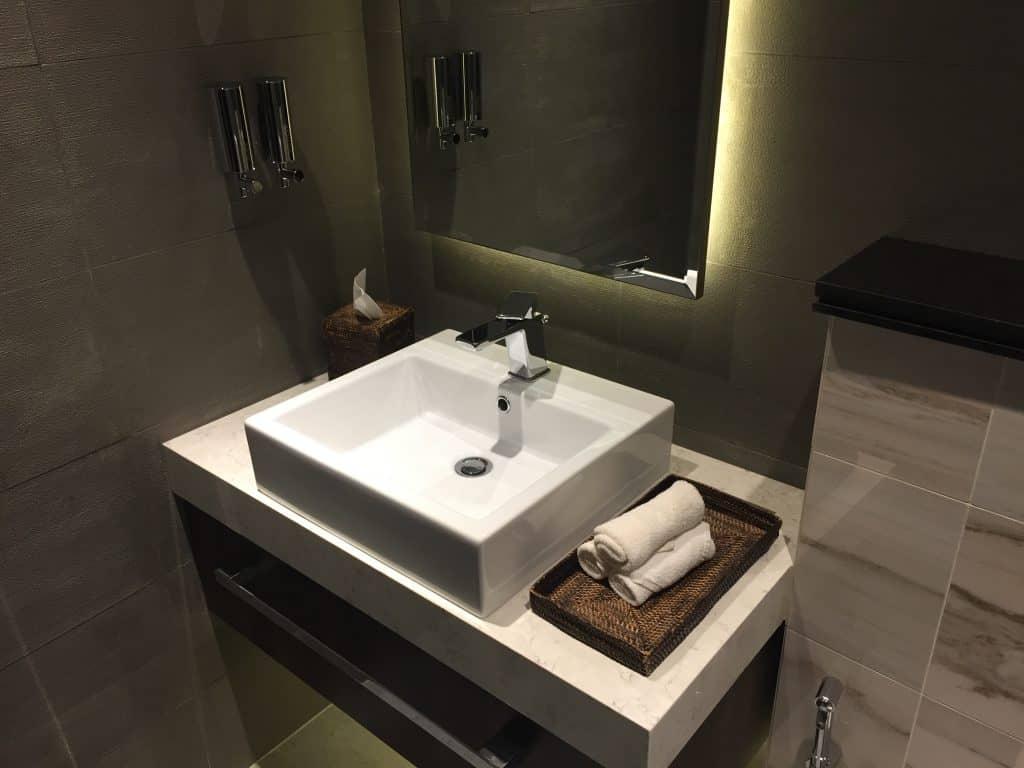 Etihad First Class Lounge Abu Dhabi Duschraum
