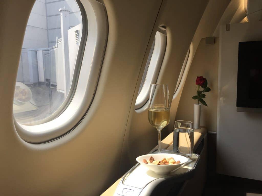 Lufthansa First Class: Champagner und Nüsse vor dem Abflug