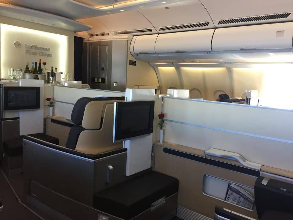 Lufthansa First Class Kabine an Bord des A330 mit hochgefahrenem Sichtschutz