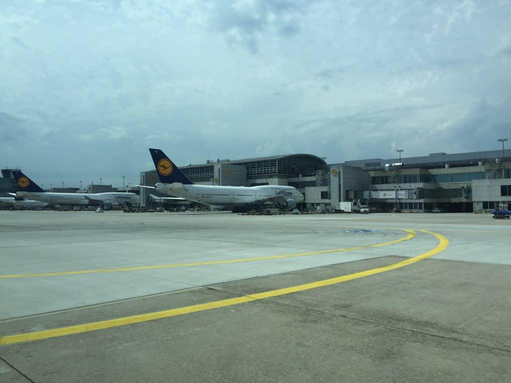 Blick übers Rollfeld während der Fahrt mit dem Lufthansa Limousinen Service