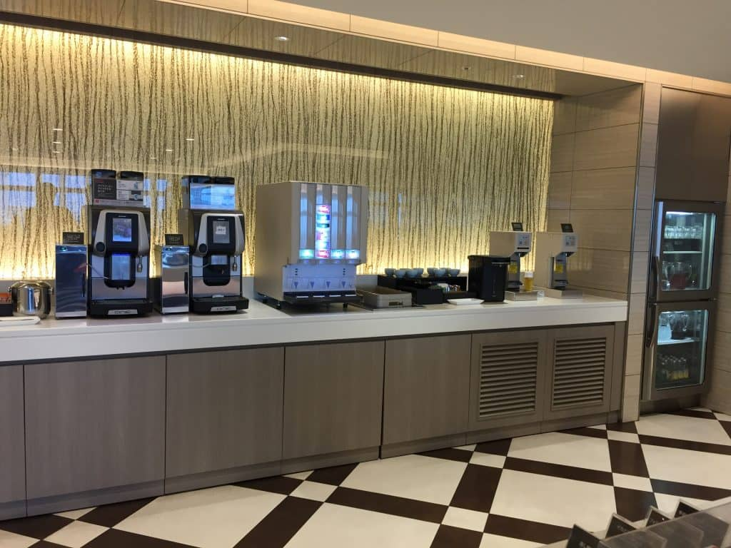 Japan Airlines First Class Lounge Tokio Haneda Buffet