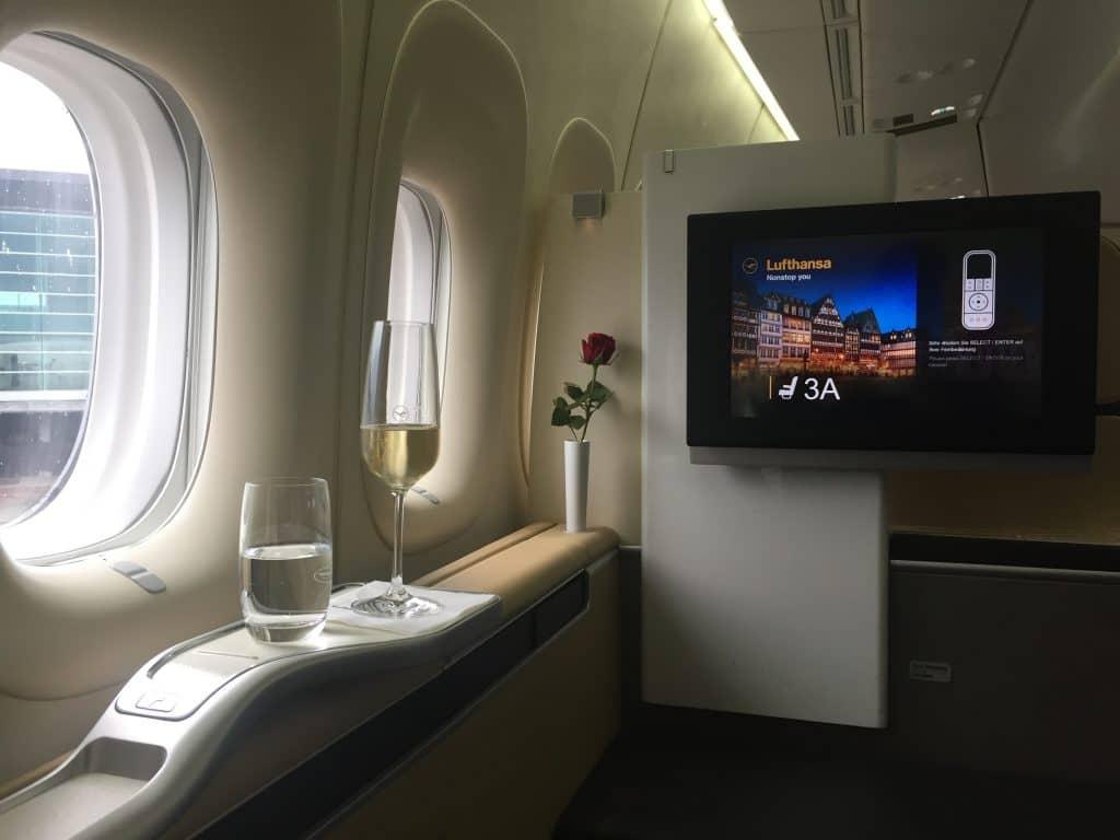 """Wer es in die Lufthansa First Class schafft, beantwortet die Frage """"Lohnt sich Miles & More"""" meist mit einem Ja"""
