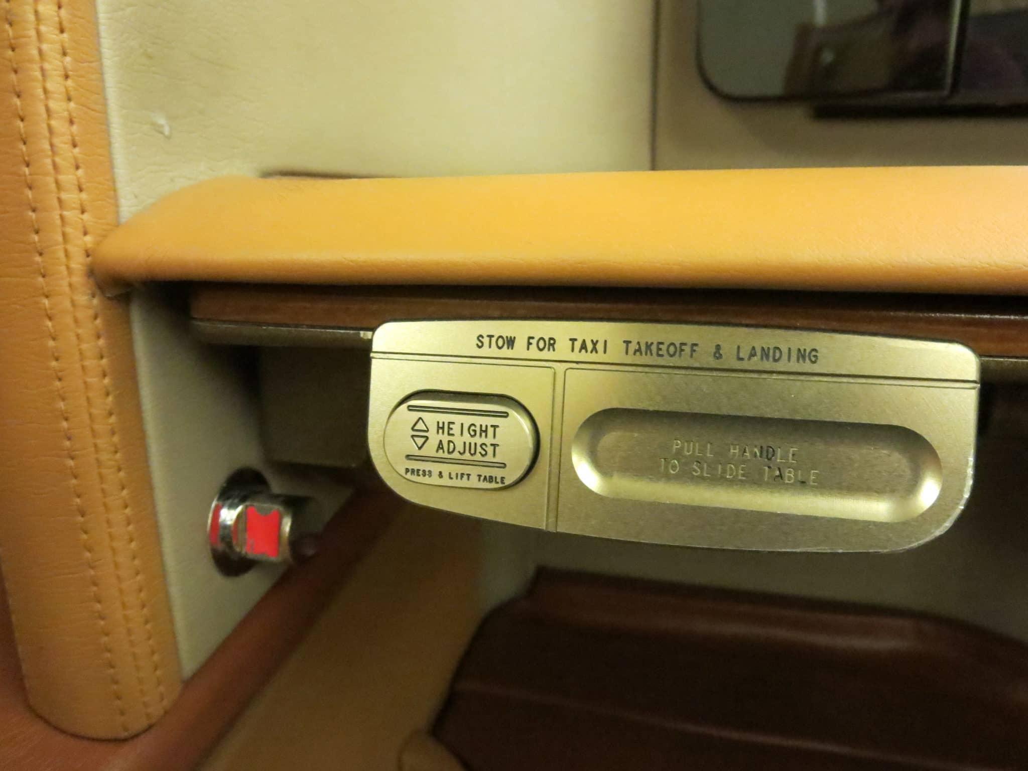 Singapore Airlines First Class Tisch
