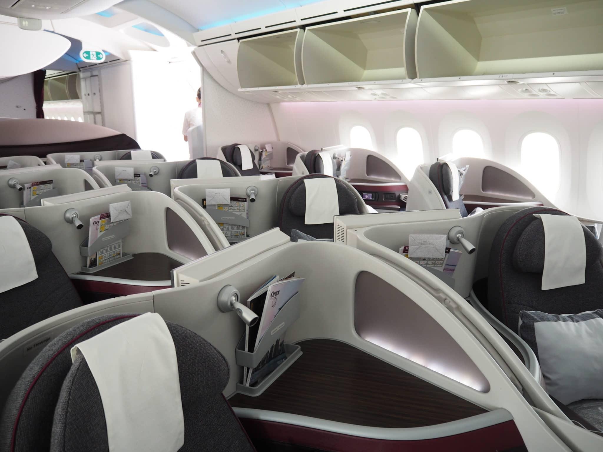 Qatar Airways Business Class Boeing 787 Kabine Herringbone Sitze