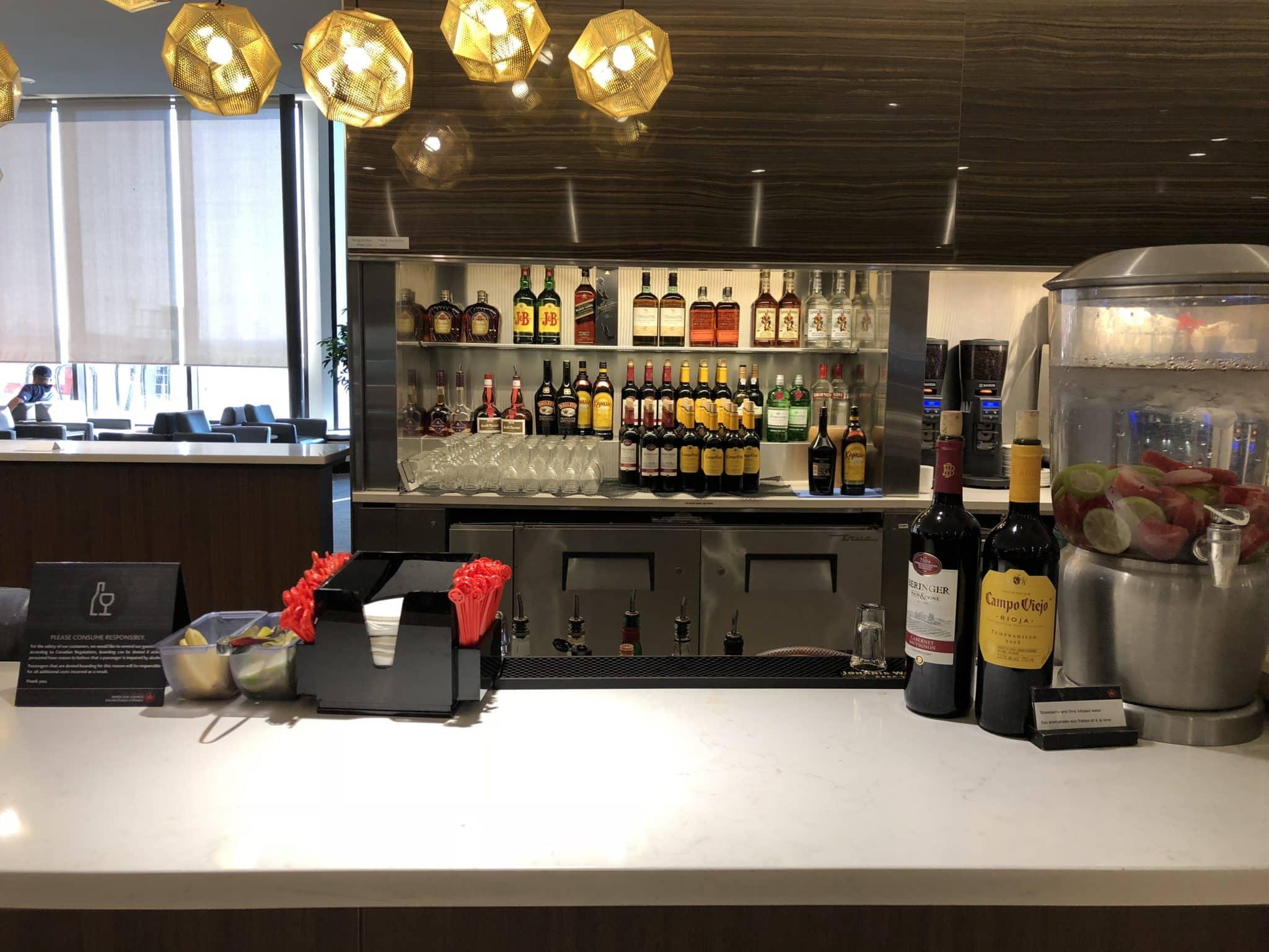 Air Canada Maple Leaf Lounge Calgary Bar Spirituosen