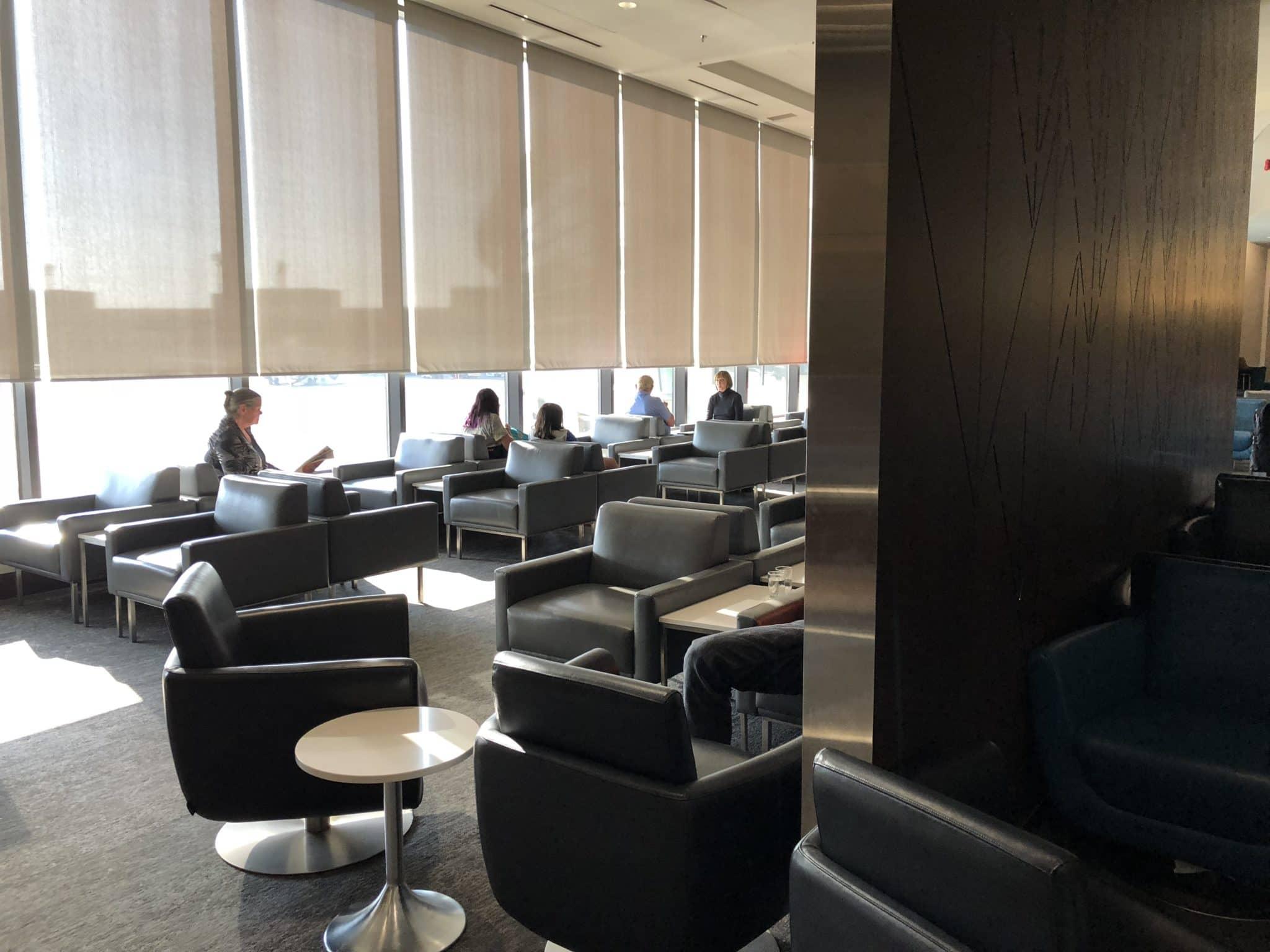Air Canada Maple Leaf Lounge Calgary Blick auf Fensterfront