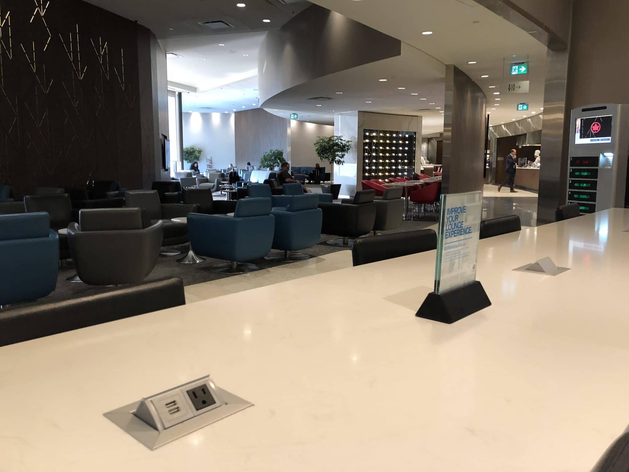 Air Canada Maple Leaf Lounge Calgary Blick in die Lounge