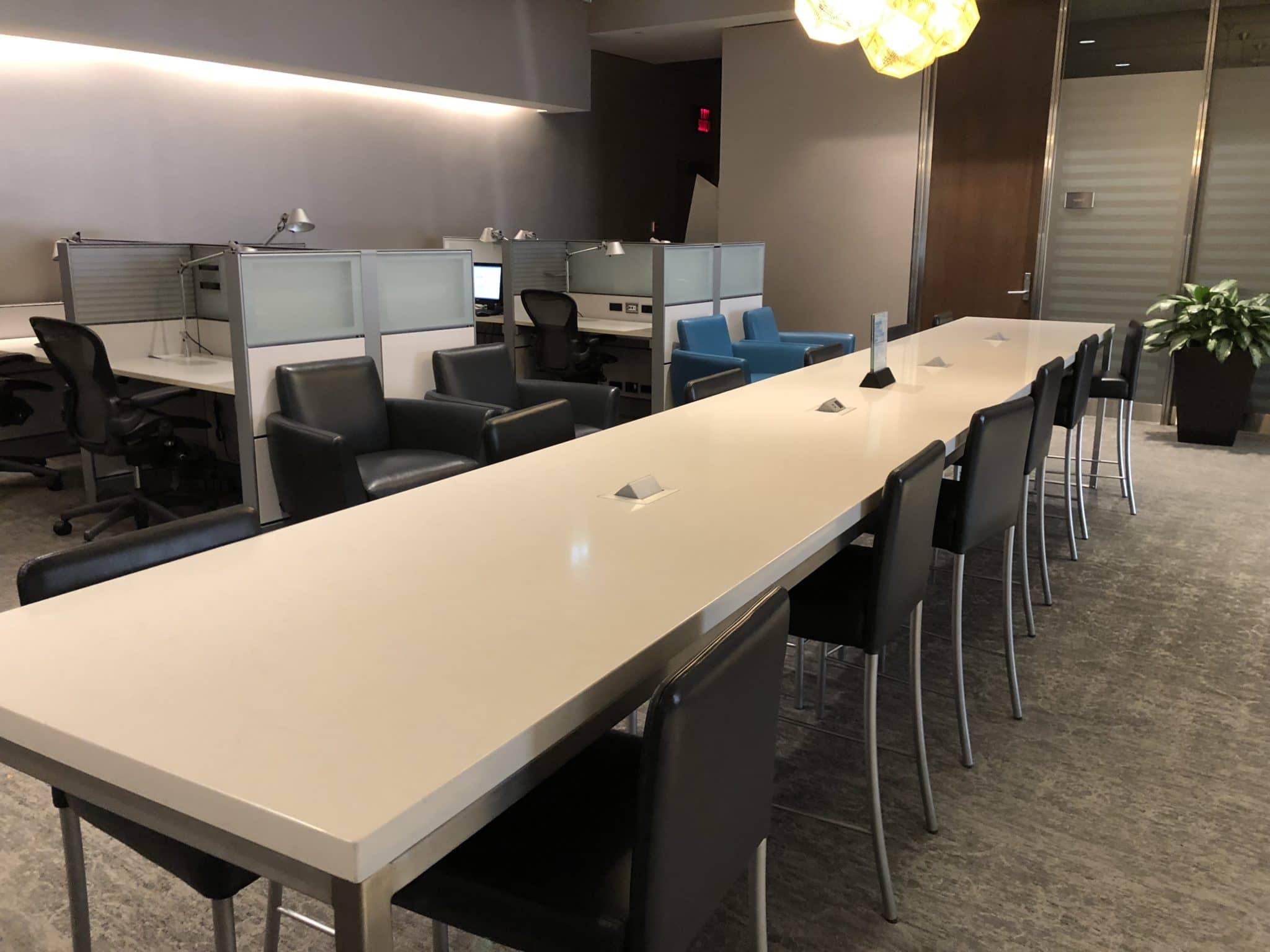 Air Canada Maple Leaf Lounge Calgary großer Tisch