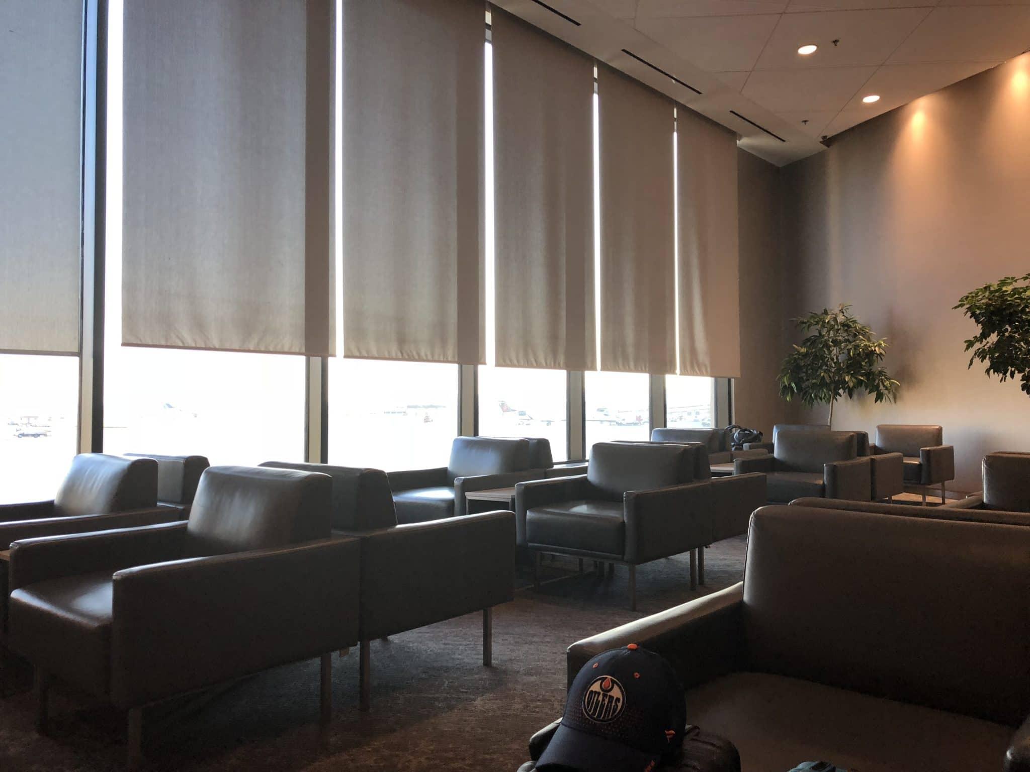 Air Canada Maple Leaf Lounge Calgary Sitzbereich Fensterfront
