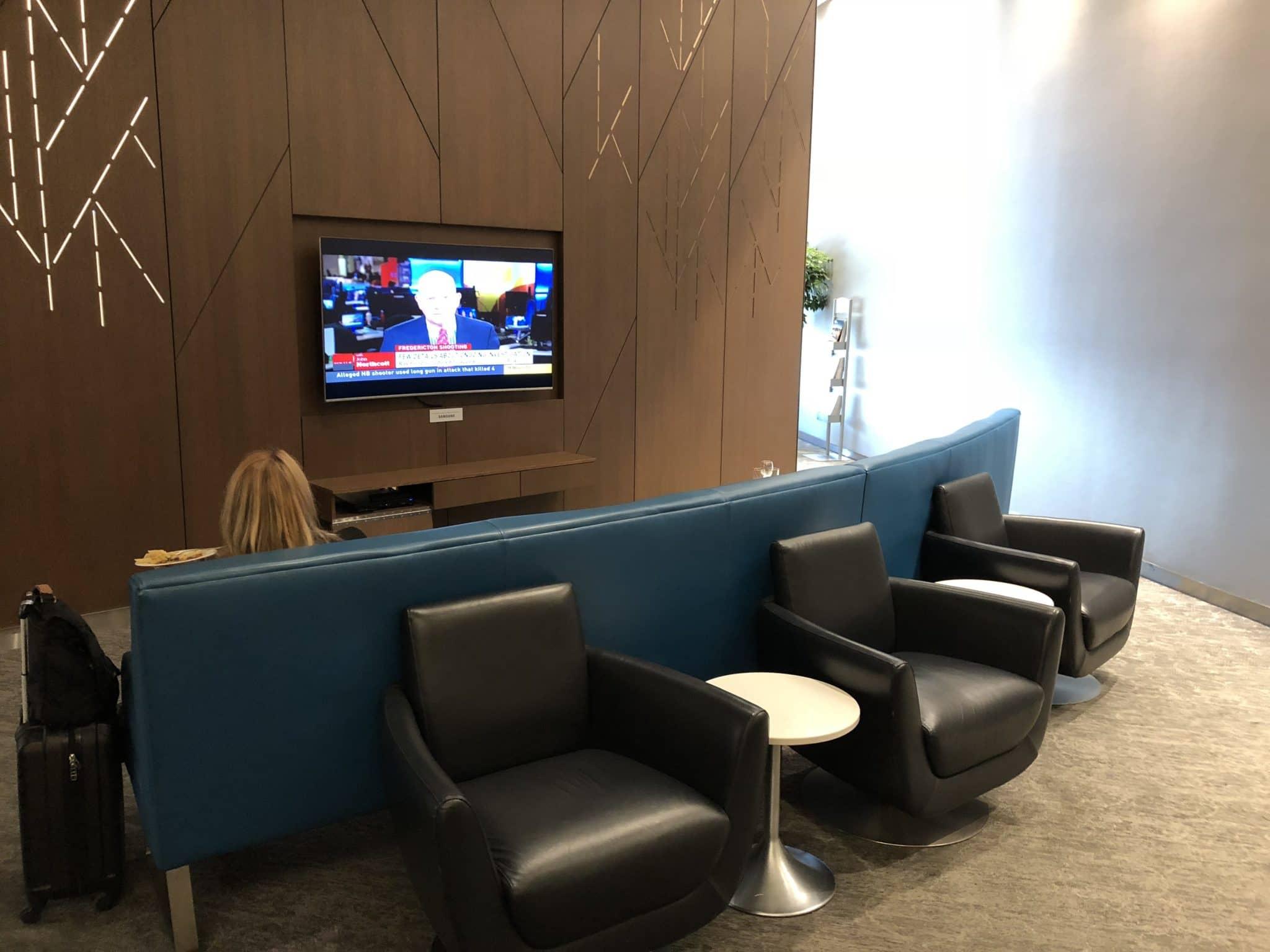 Air Canada Maple Leaf Lounge Calgary Sofa mit TV