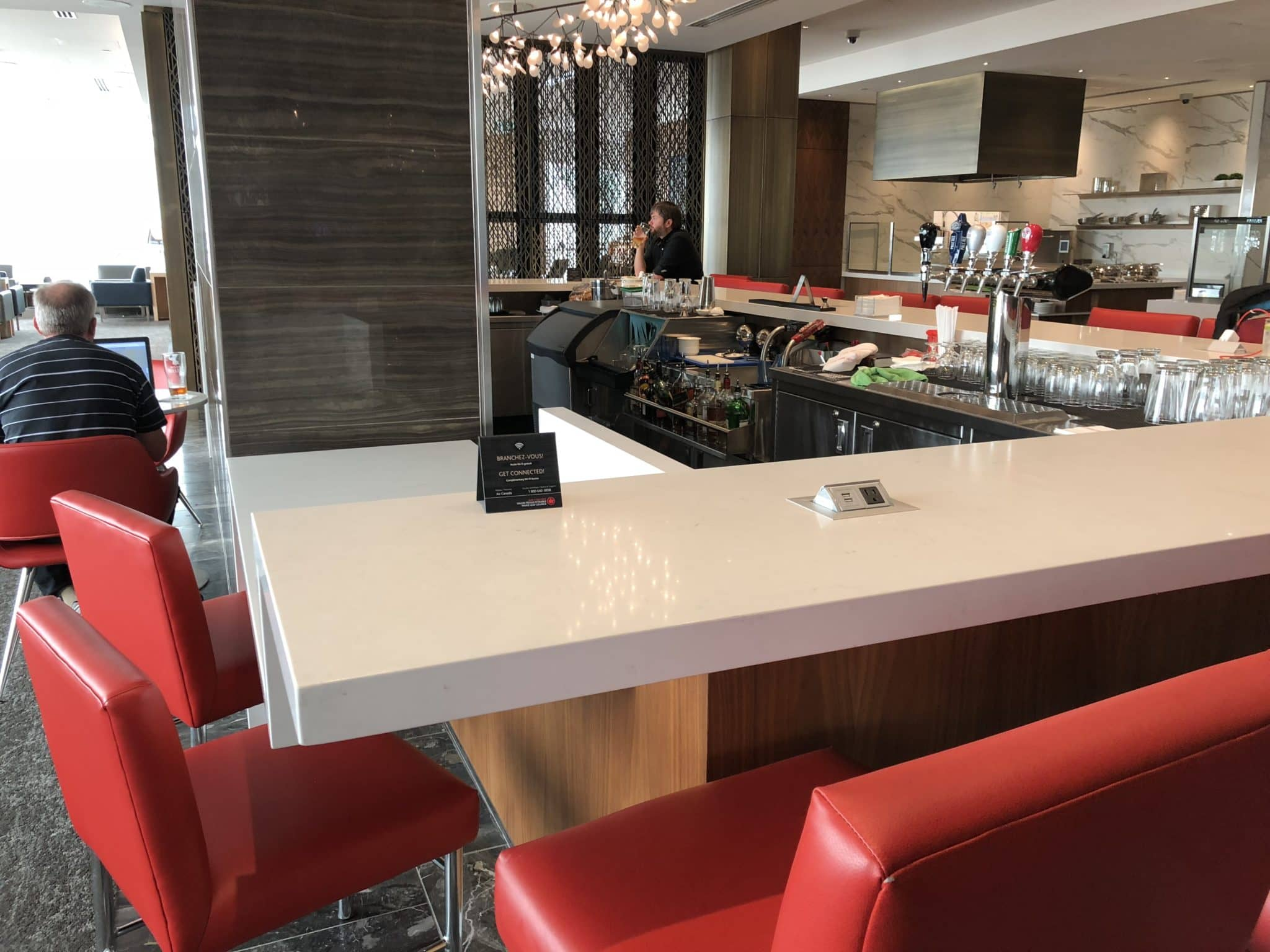 Air Canada Maple Leaf Lounge Vancouver Bar vom Tresen