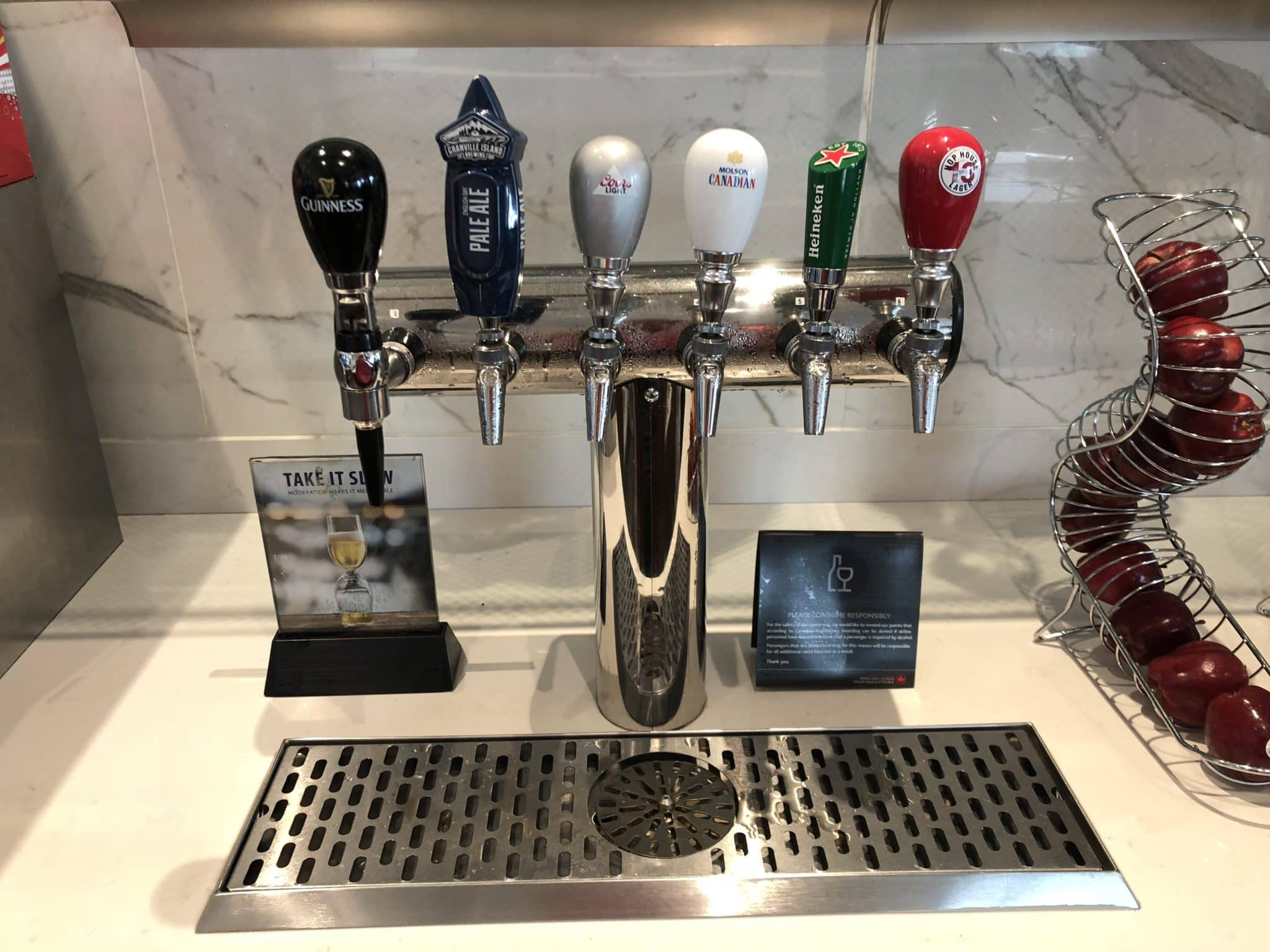 Air Canada Maple Leaf Lounge Vancouver Auswahl Bier