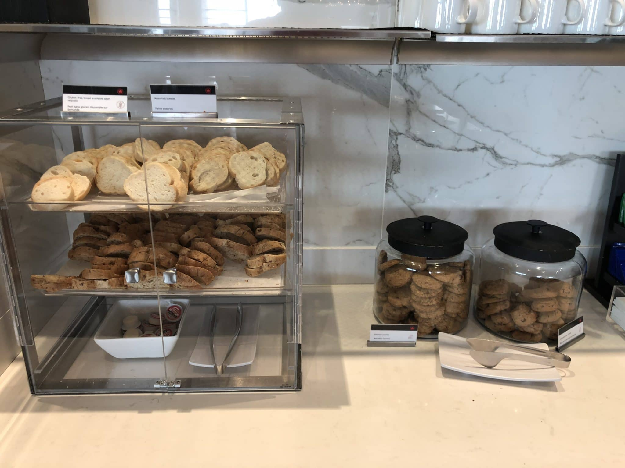 Air Canada Maple Leaf Lounge Vancouver Brot und Cookies