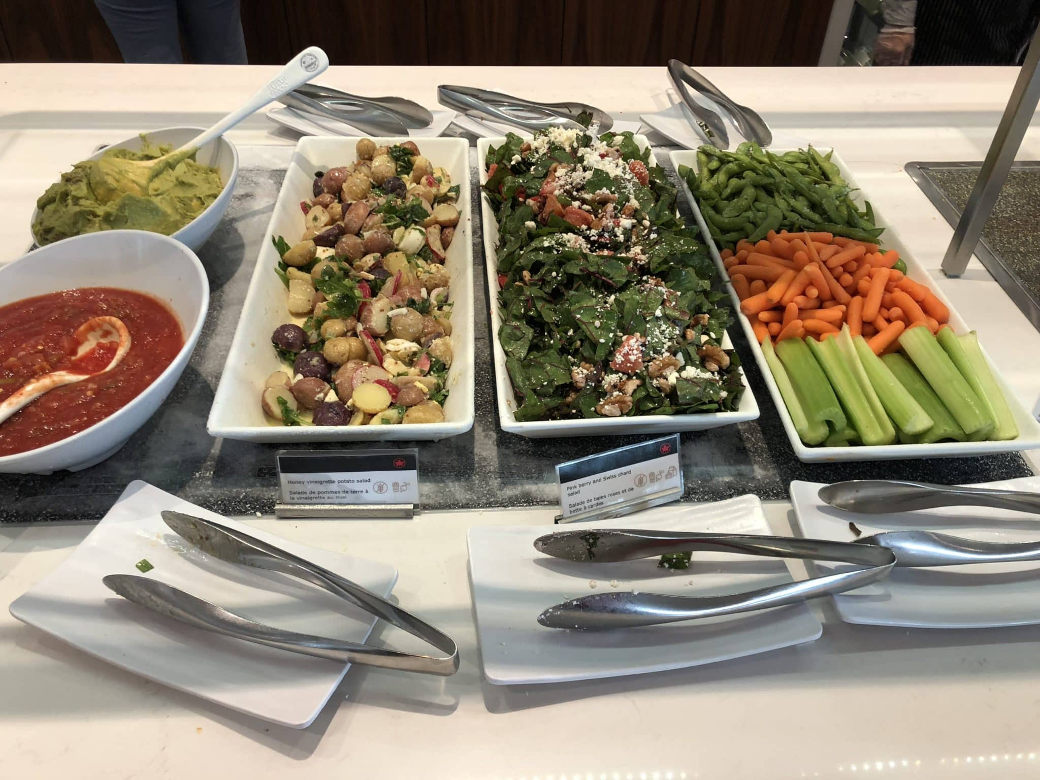 Air Canada Maple Leaf Lounge Vancouver kalte Salate