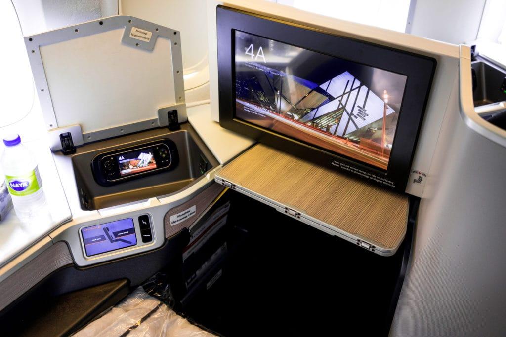 AirCanada Business Class Boeing 777 Tisch, Monitor, Ablagefach