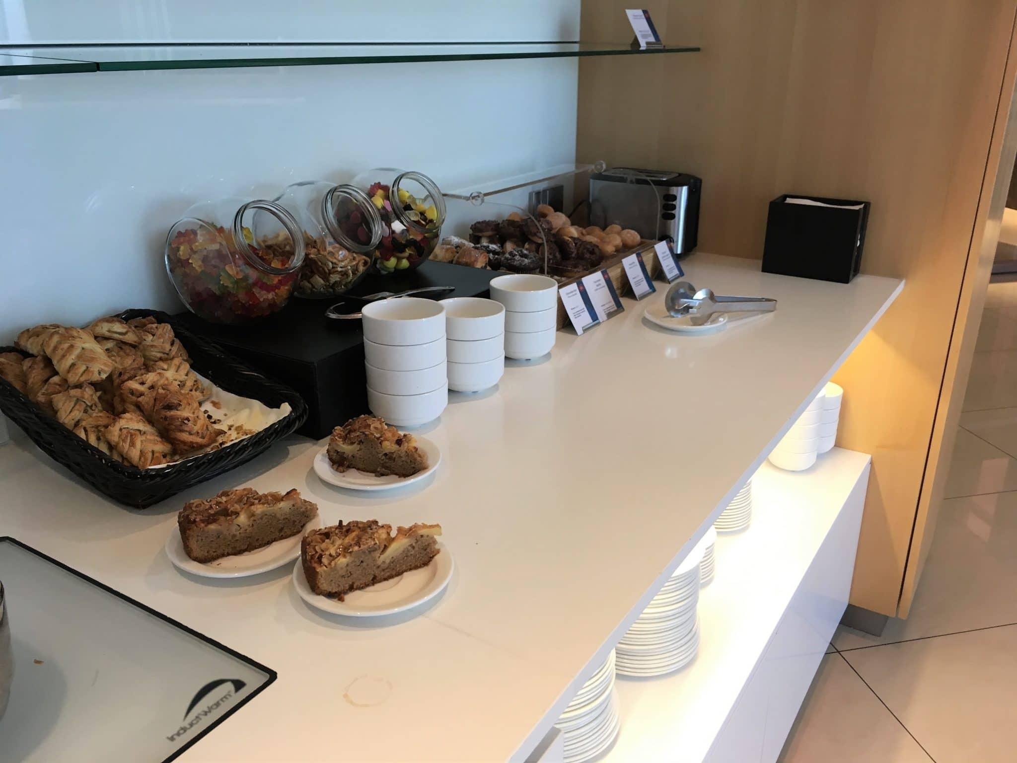 Air Canada Maple Leaf Lounge Frankfurt Kuchen und sonstige Snacks