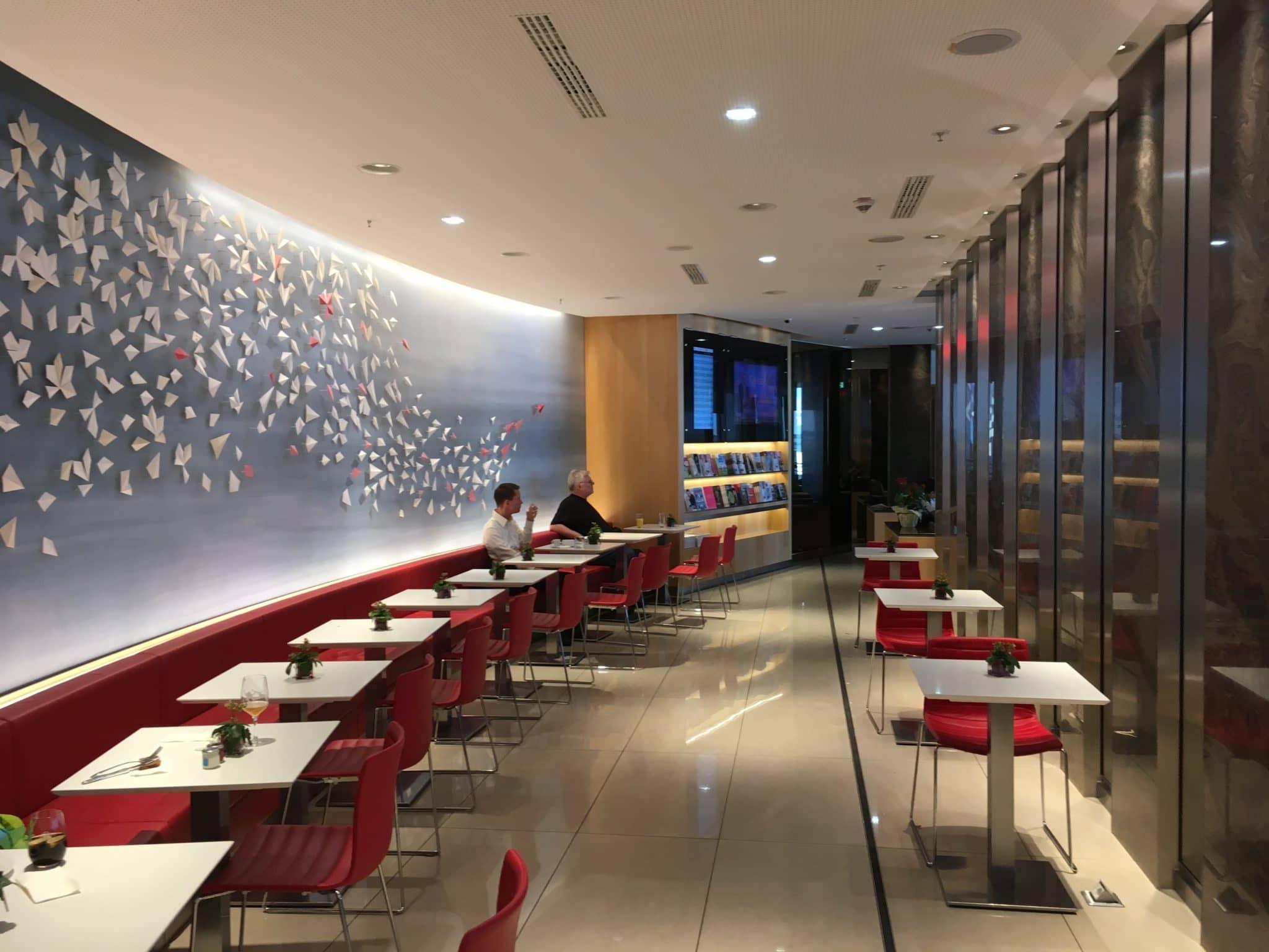 Air Canada Maple Leaf Lounge Frankfurt Tische, Bänke und Stühle