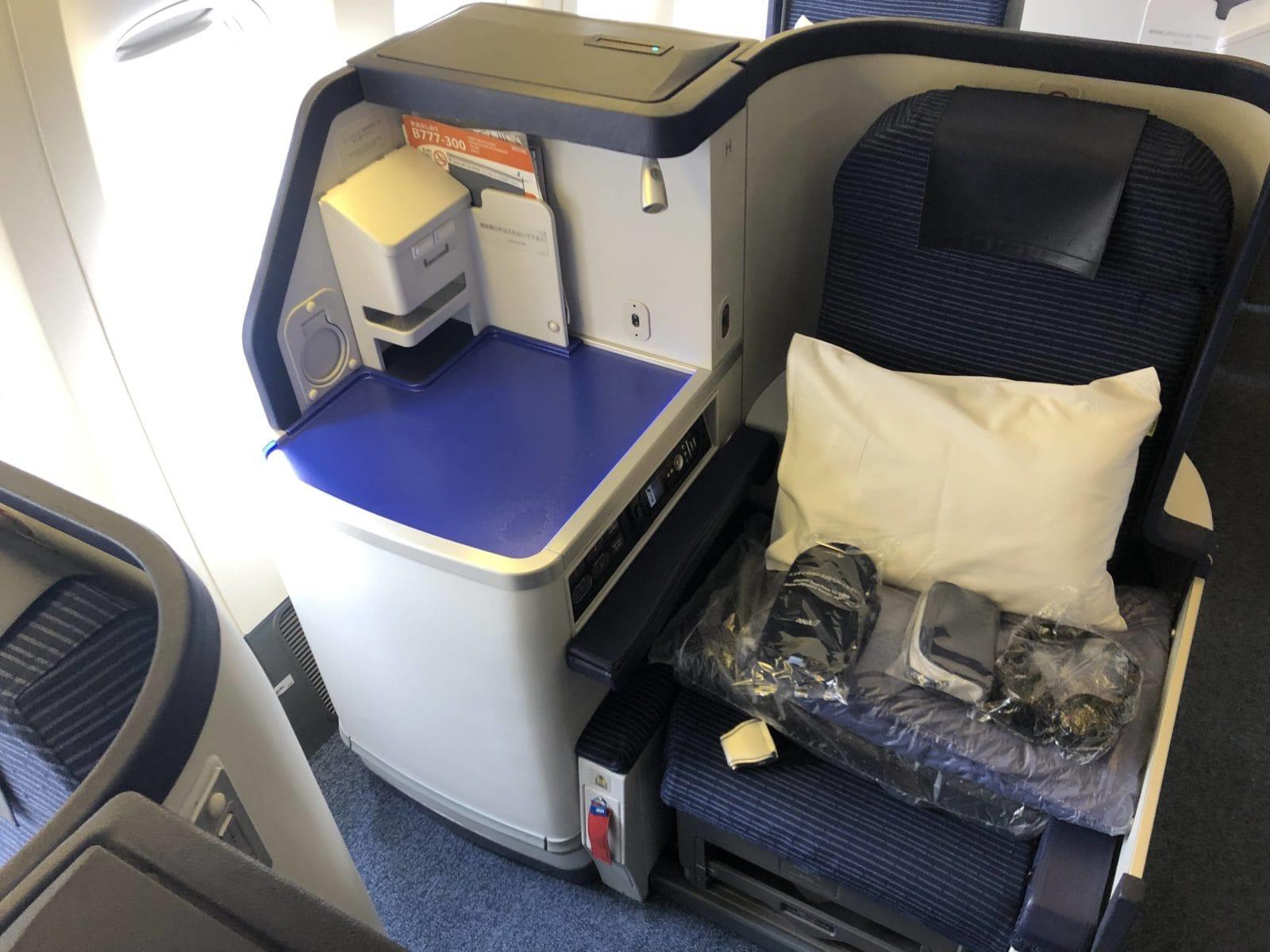 ana business class boeing 777 300 sitz am gang