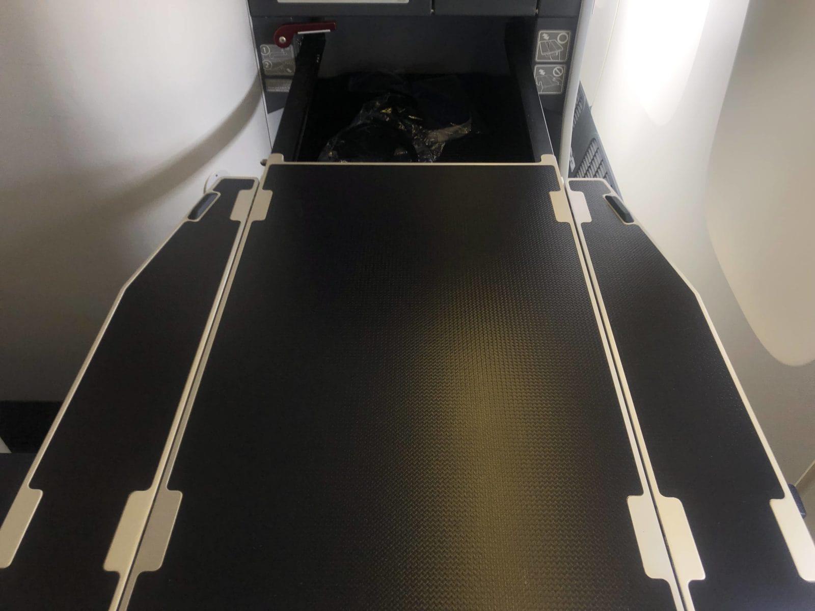 ana business class boeing 777 300 tisch ausgeklappt und ausgefahren