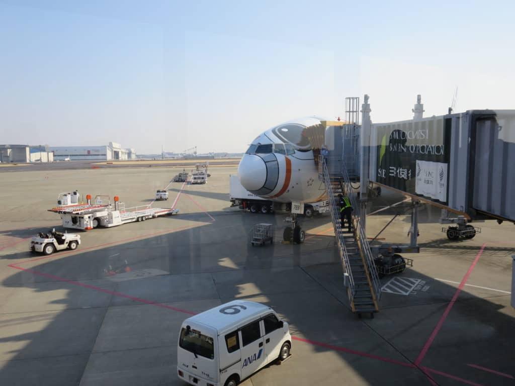ANA Boeing 777-300ER im Star Wars Design am Flughafen Tokio Narita
