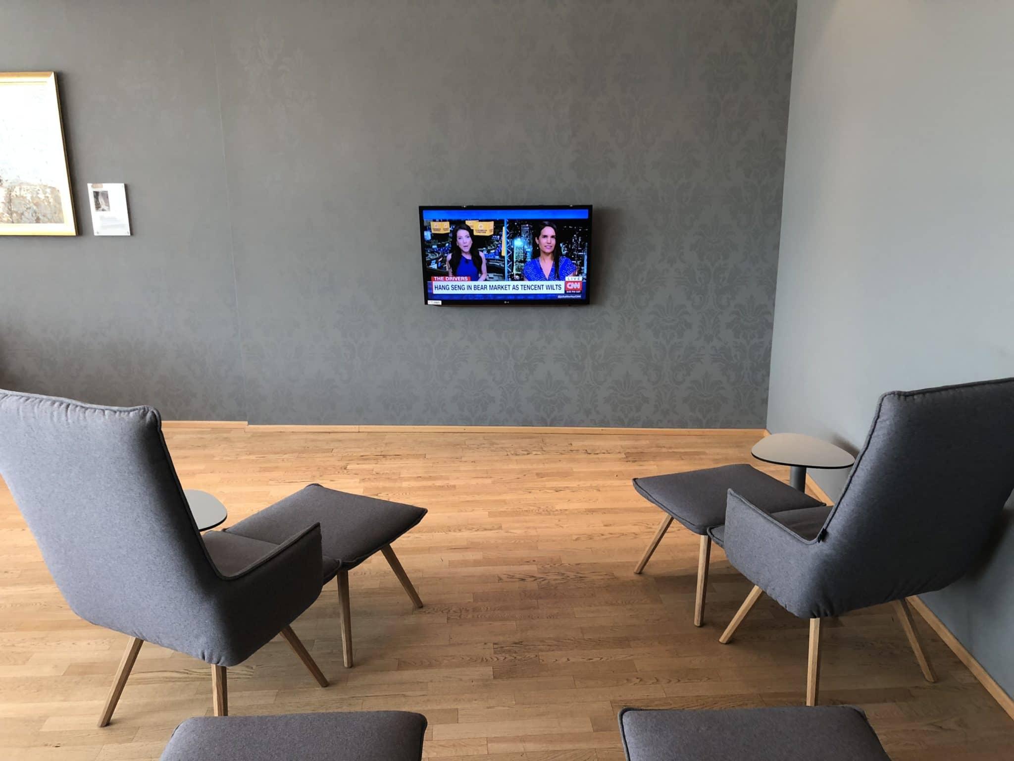 Austrian Airlines Business Class Lounge Wien Terminal D Liegesessel TV