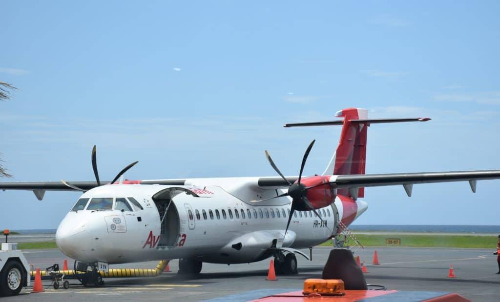 Ein Avianca ATR-72 am Flughafen Roatan in Honduras