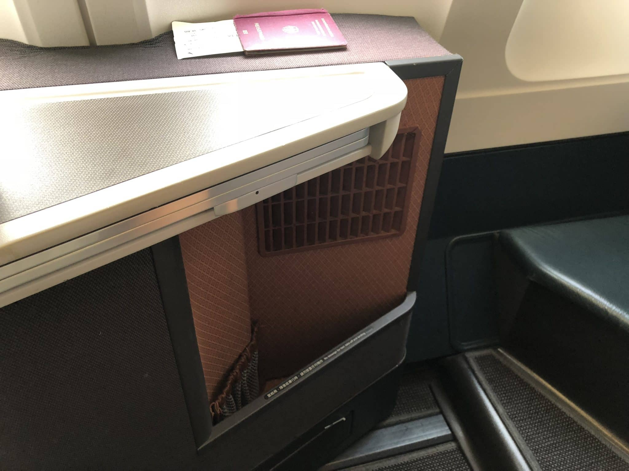 Cathay Pacific Business Class A330 Ablagefach unten links