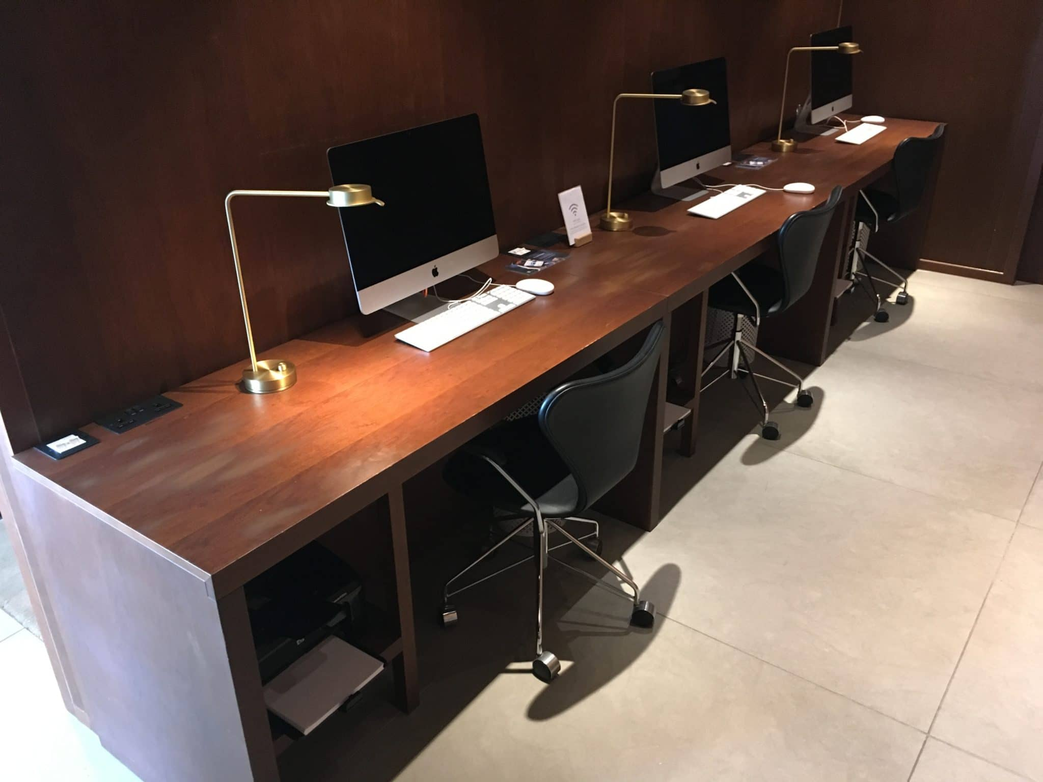 Cathay Pacific Business Class Lounge London Arbeitsplaetze
