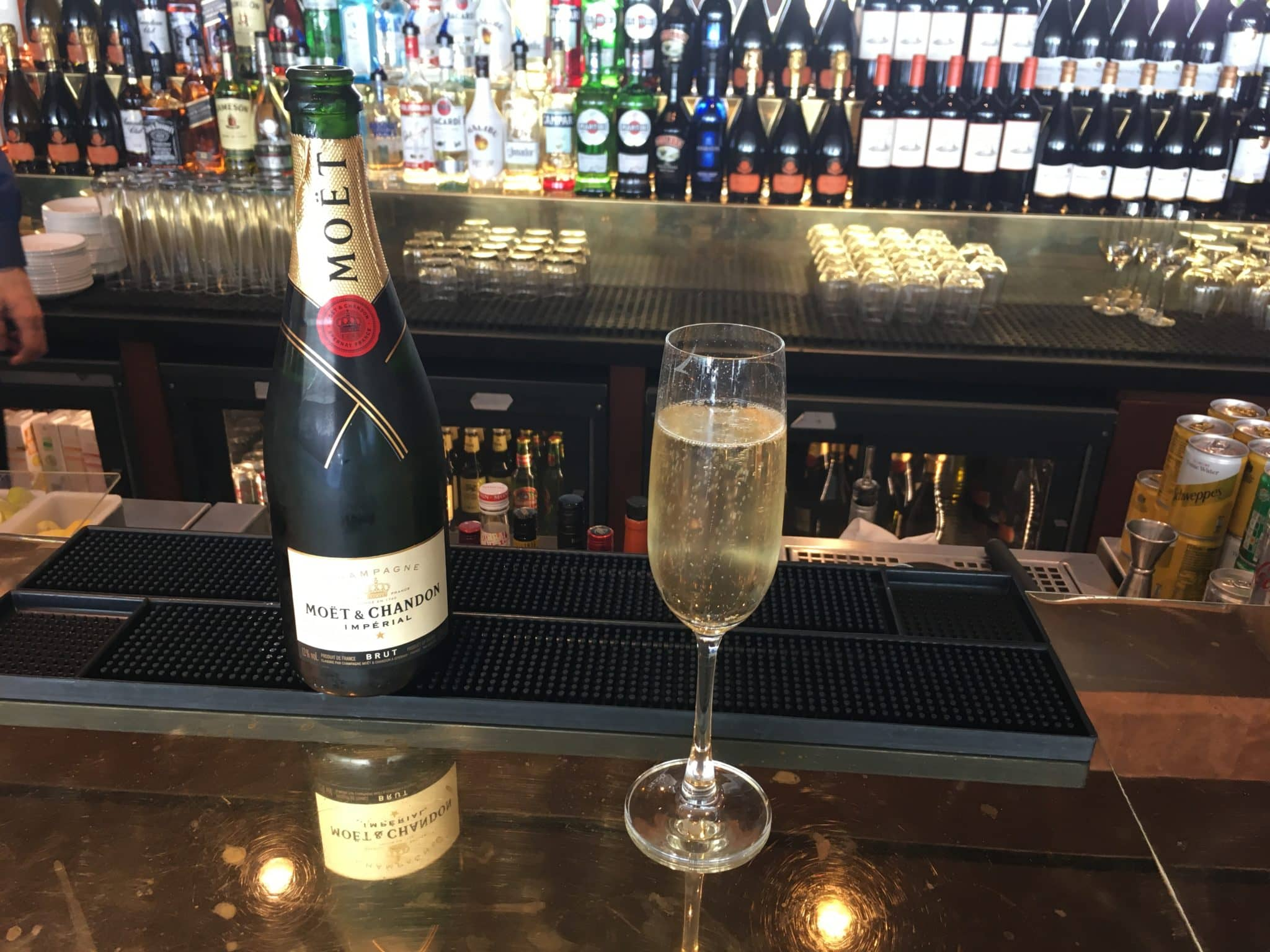 Cathay Pacific Business Class Lounge London Moet Champagner