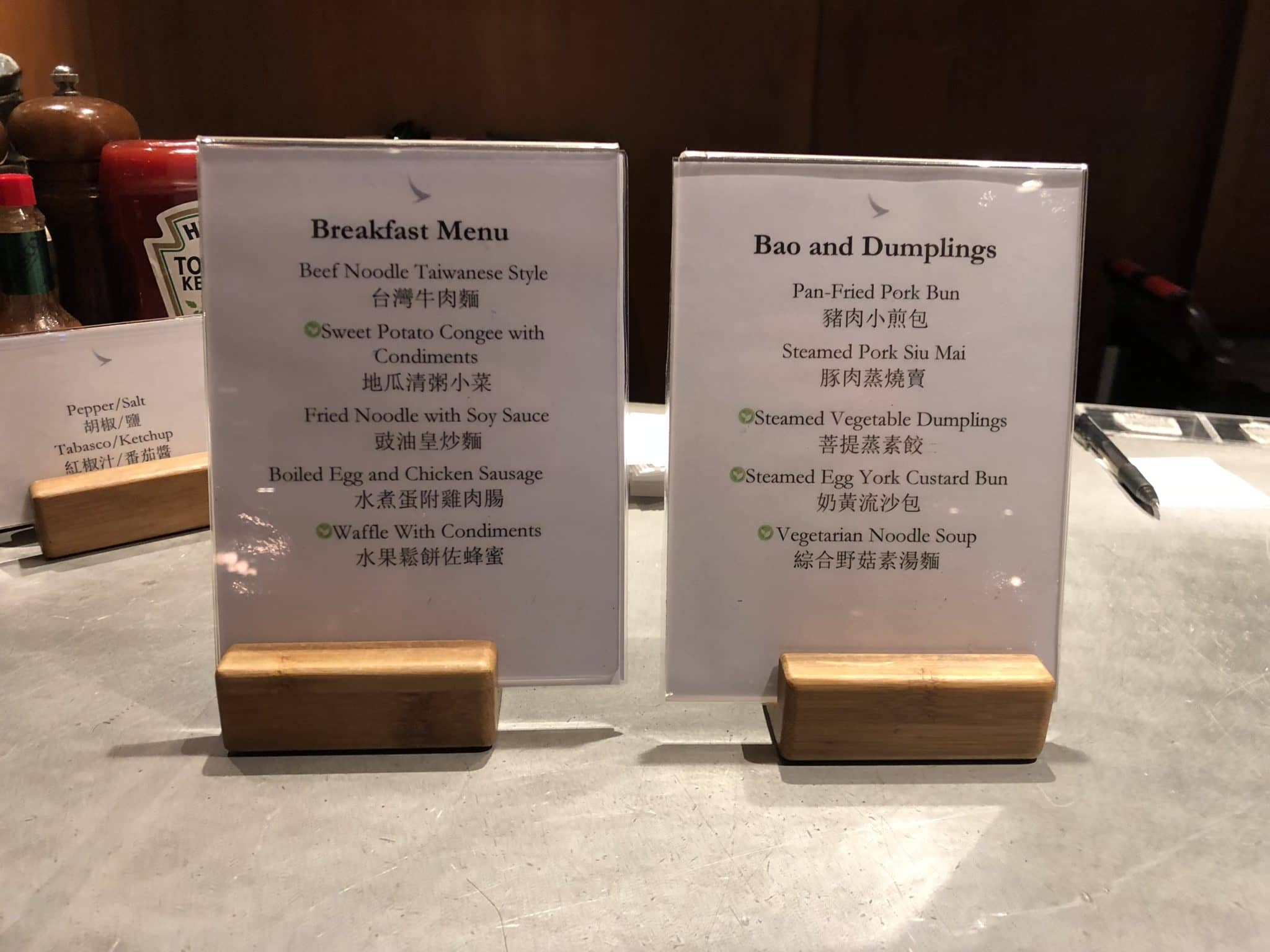 Cathay Pacific Business Class Lounge Taiwan-Taoyuan Auswahl Speisen Cooking Station