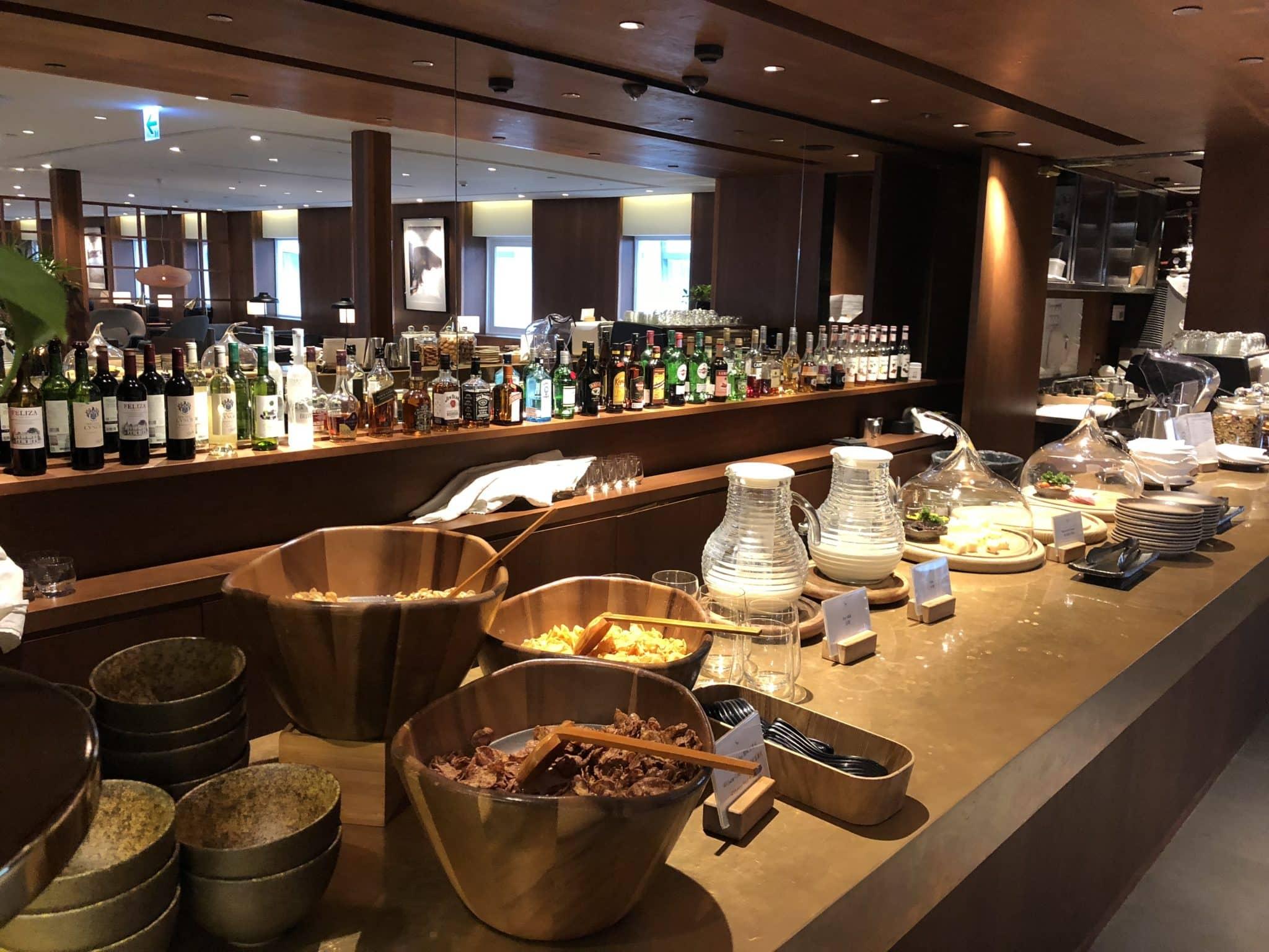 Cathay Pacific Business Class Lounge Taiwan-Taoyuan Fruehstueck an der Bar