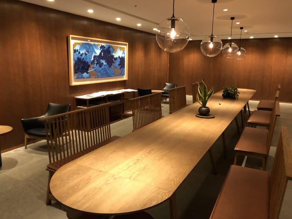 Cathay Pacific Business Class Lounge Taiwan-Taoyuan grosser Esstisch
