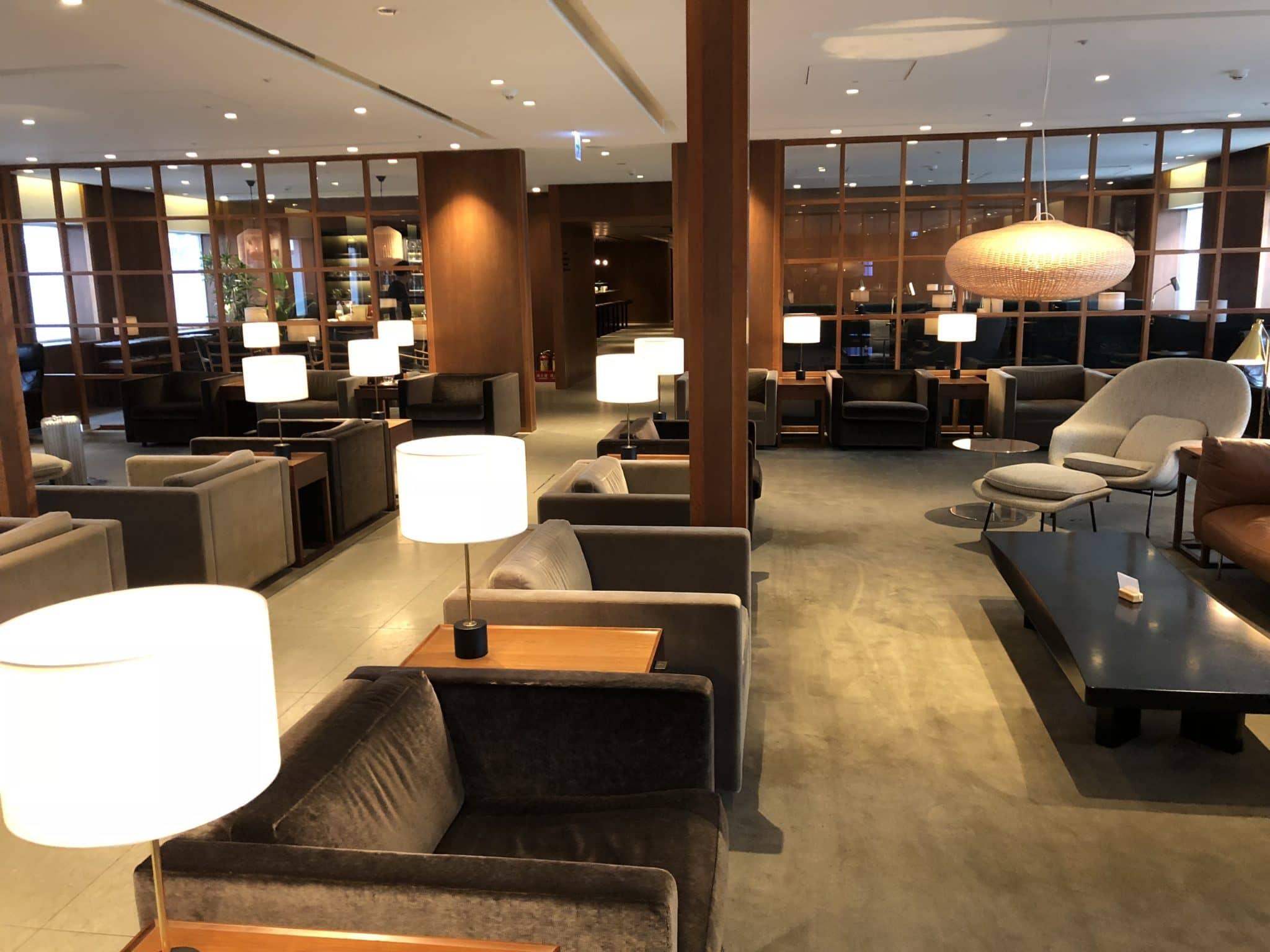 Cathay Pacific Business Class Lounge Taiwan-Taoyuan Hauptbereich Sitzgelegenheiten
