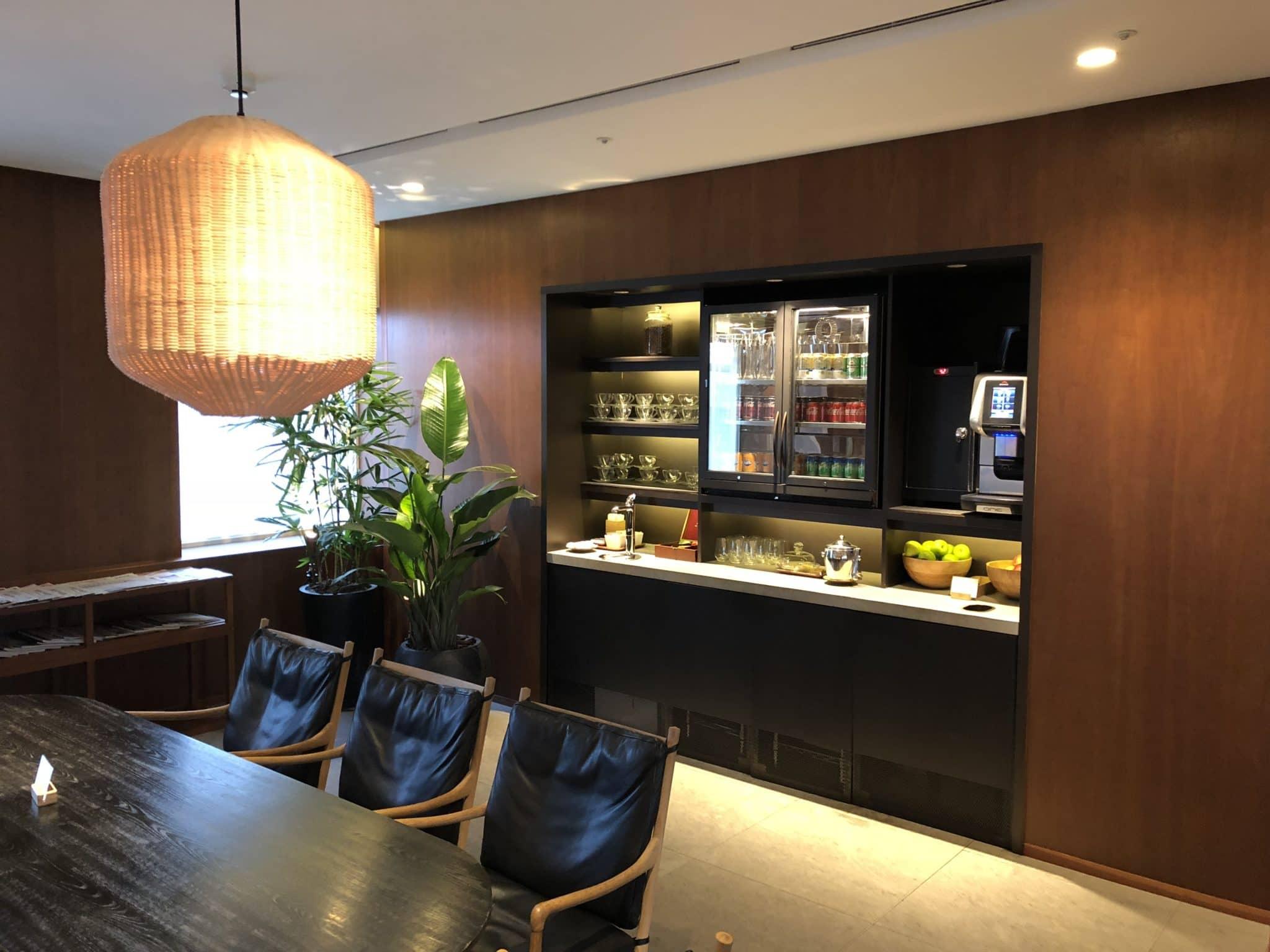 Cathay Pacific Business Class Lounge Taiwan-Taoyuan Getraenke und Kaffee