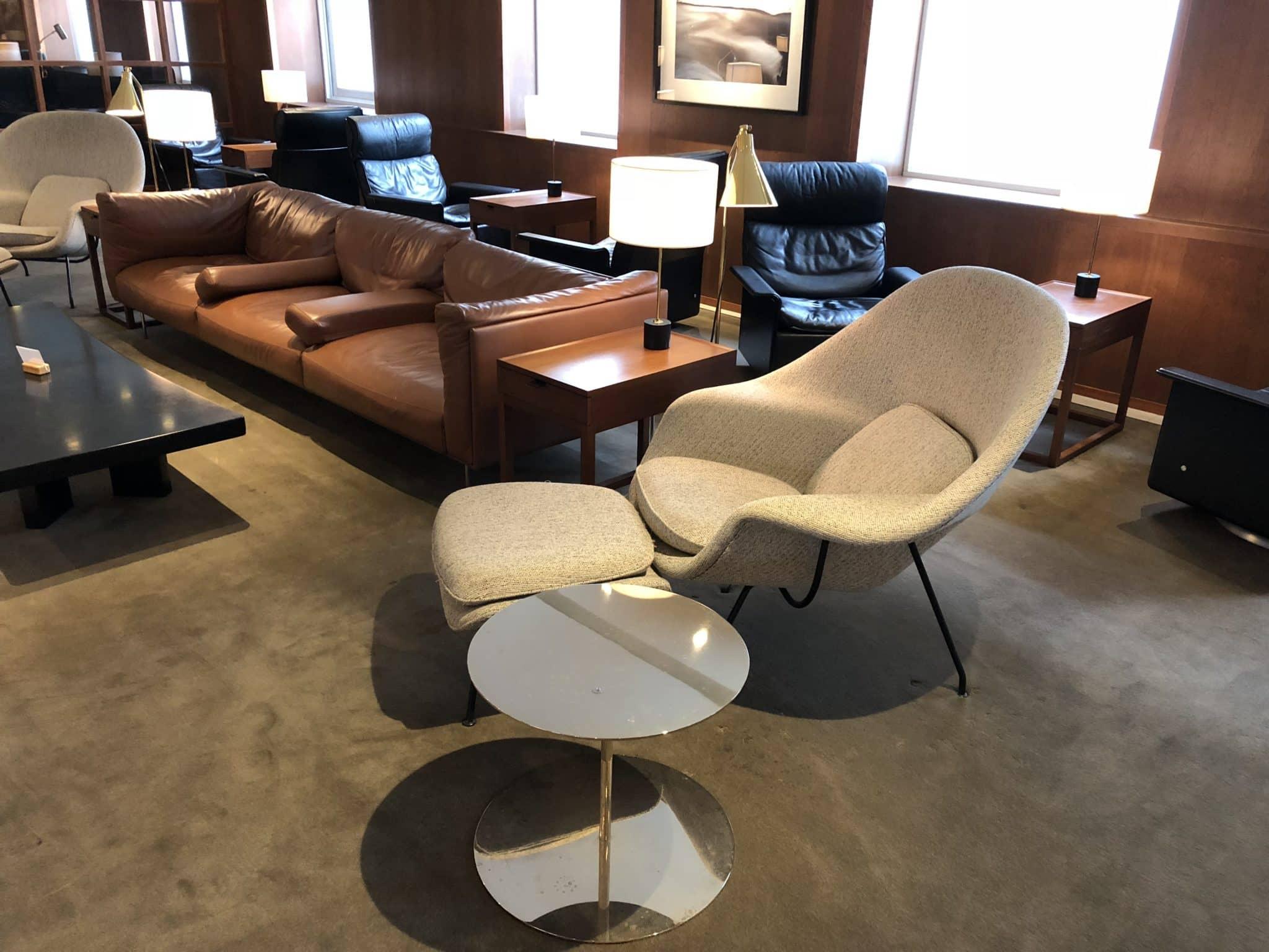 Cathay Pacific Business Class Lounge Taiwan-Taoyuan Stuhl mit Hocker