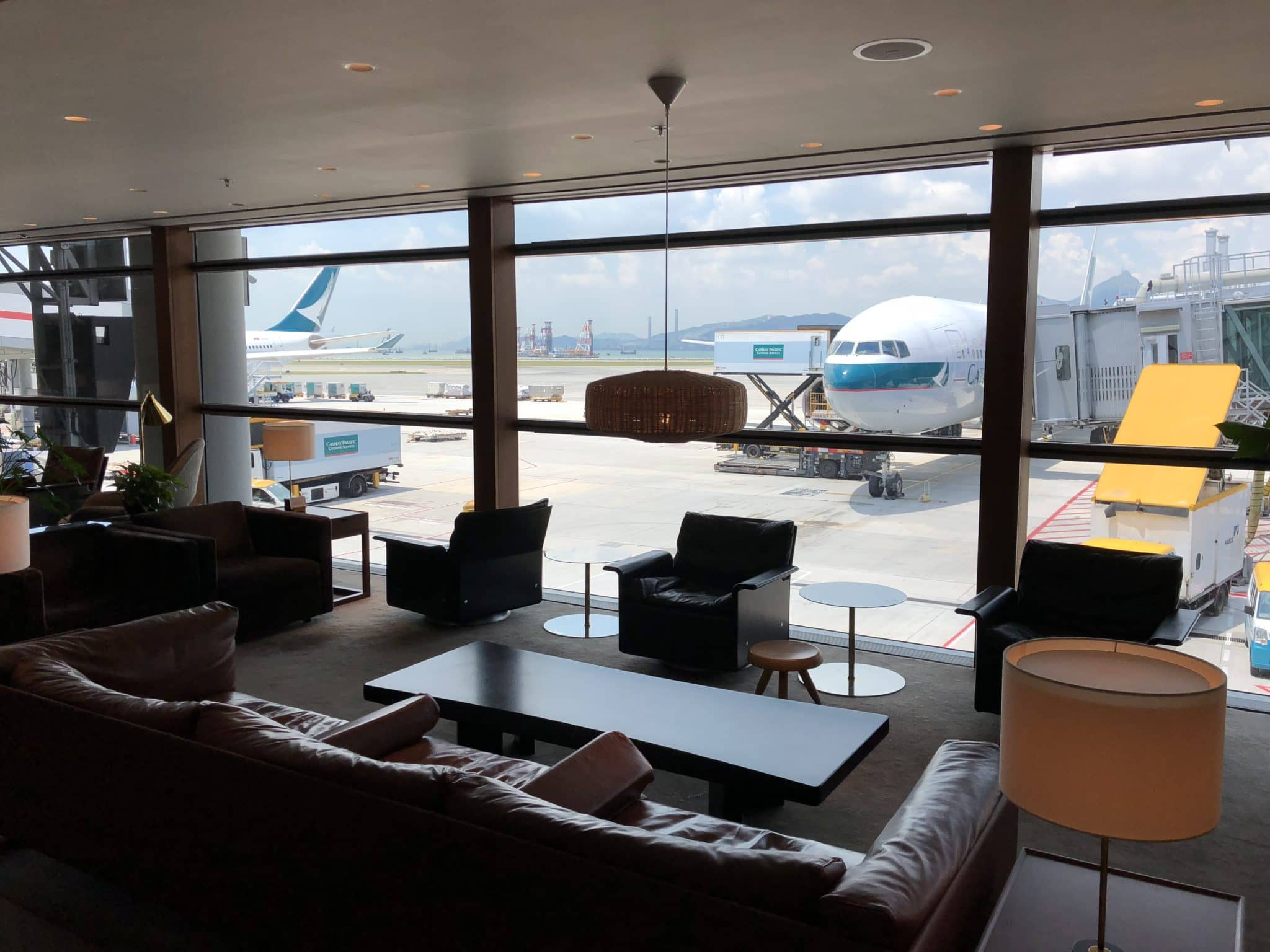 Cathay Pacific Business Class Lounge The Pier Blick Rollfeld