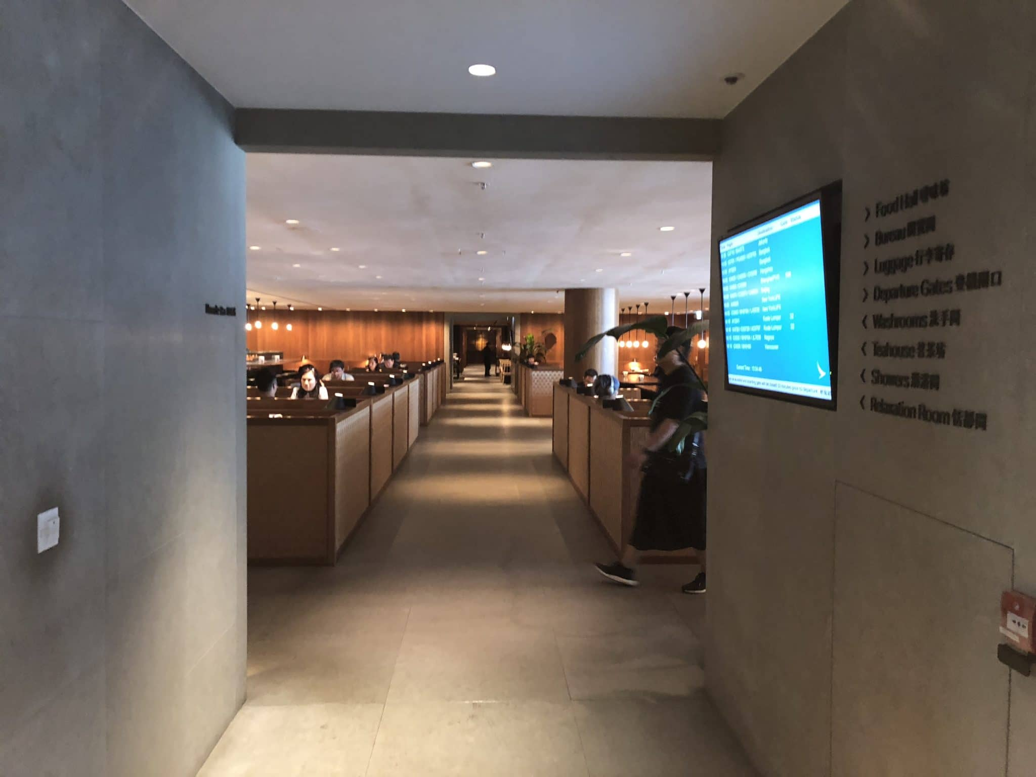 Cathay Pacific Business Class Lounge The Pier Blick Flur herunter