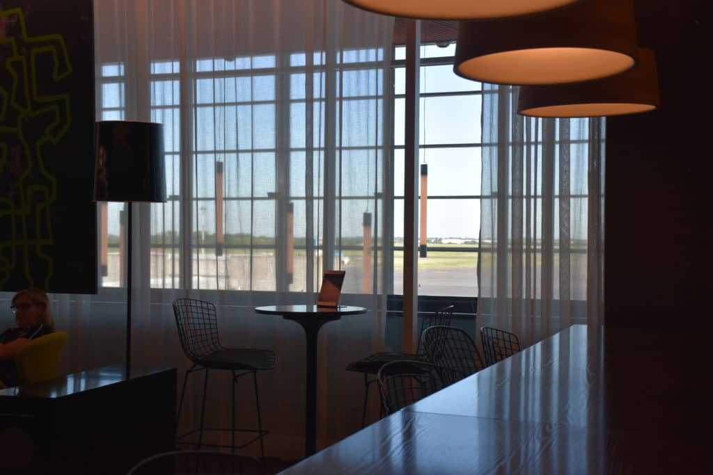 Blick auf das Rollfeld von der American Express Centurion Lounge Buenos Aires