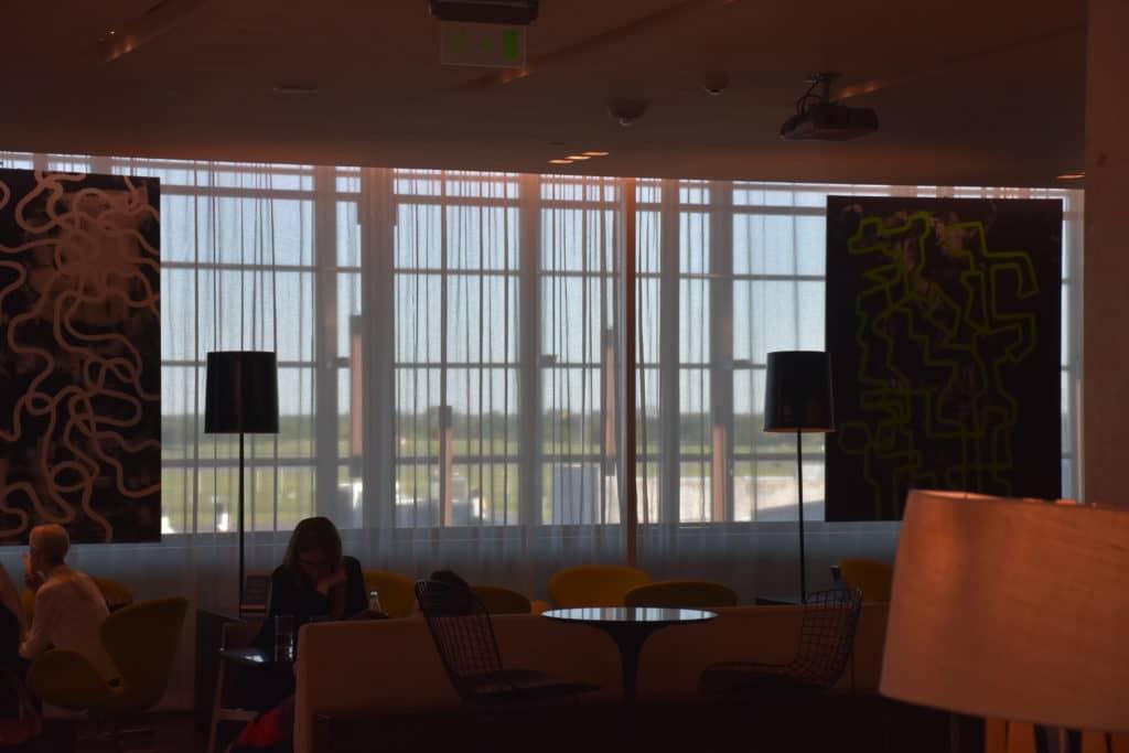Sitzbereich vor der Fensterfront der American Express Centurion Lounge Buenos Aires