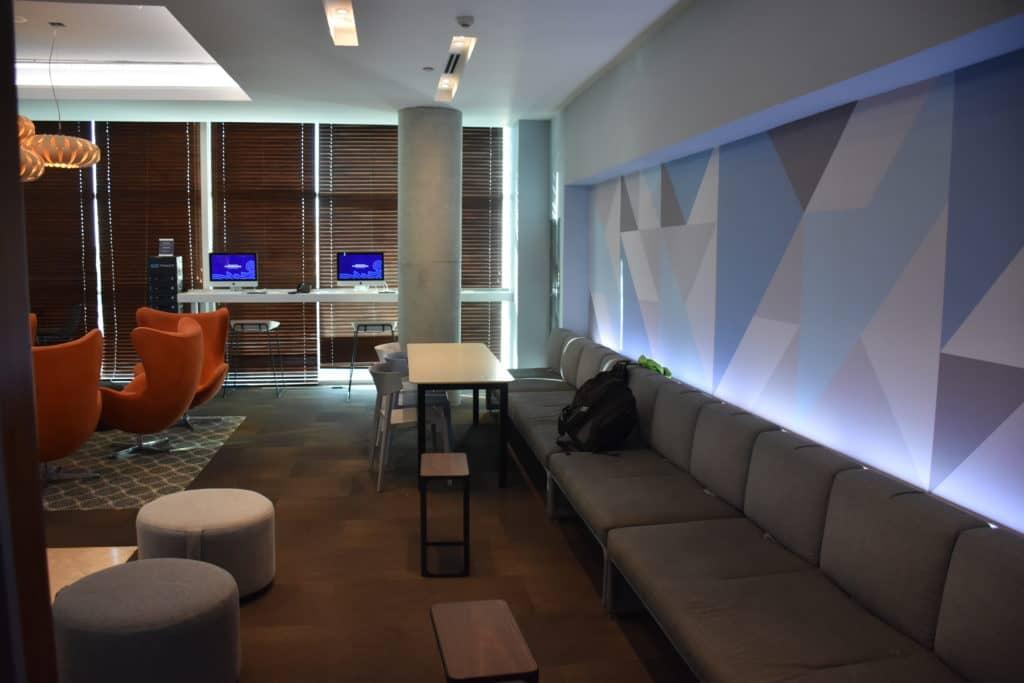 Kleiner Essbereich am Ende der Lounge & Internetterminals in der American Express Centurion Lounge Buenos Aires