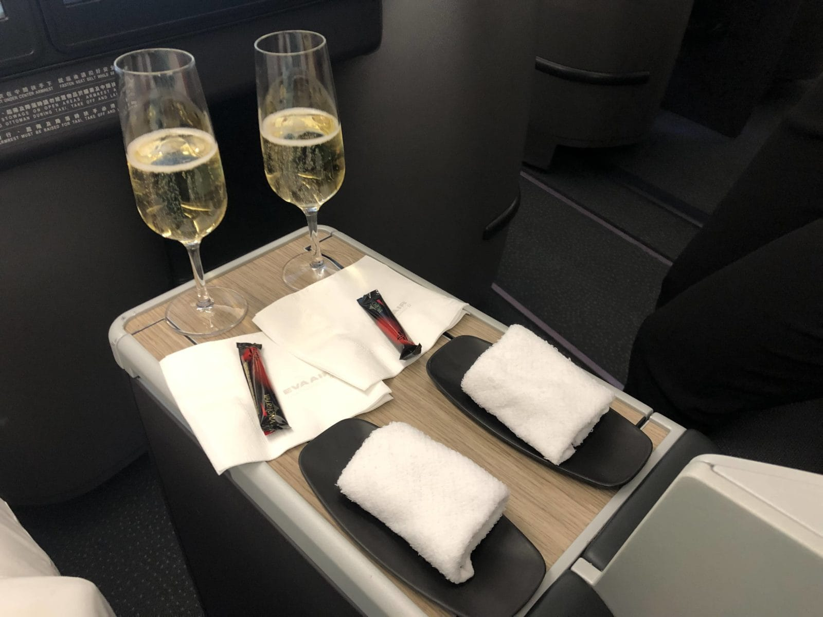EVA Air Business Class A330-300 Sekt und Tuch