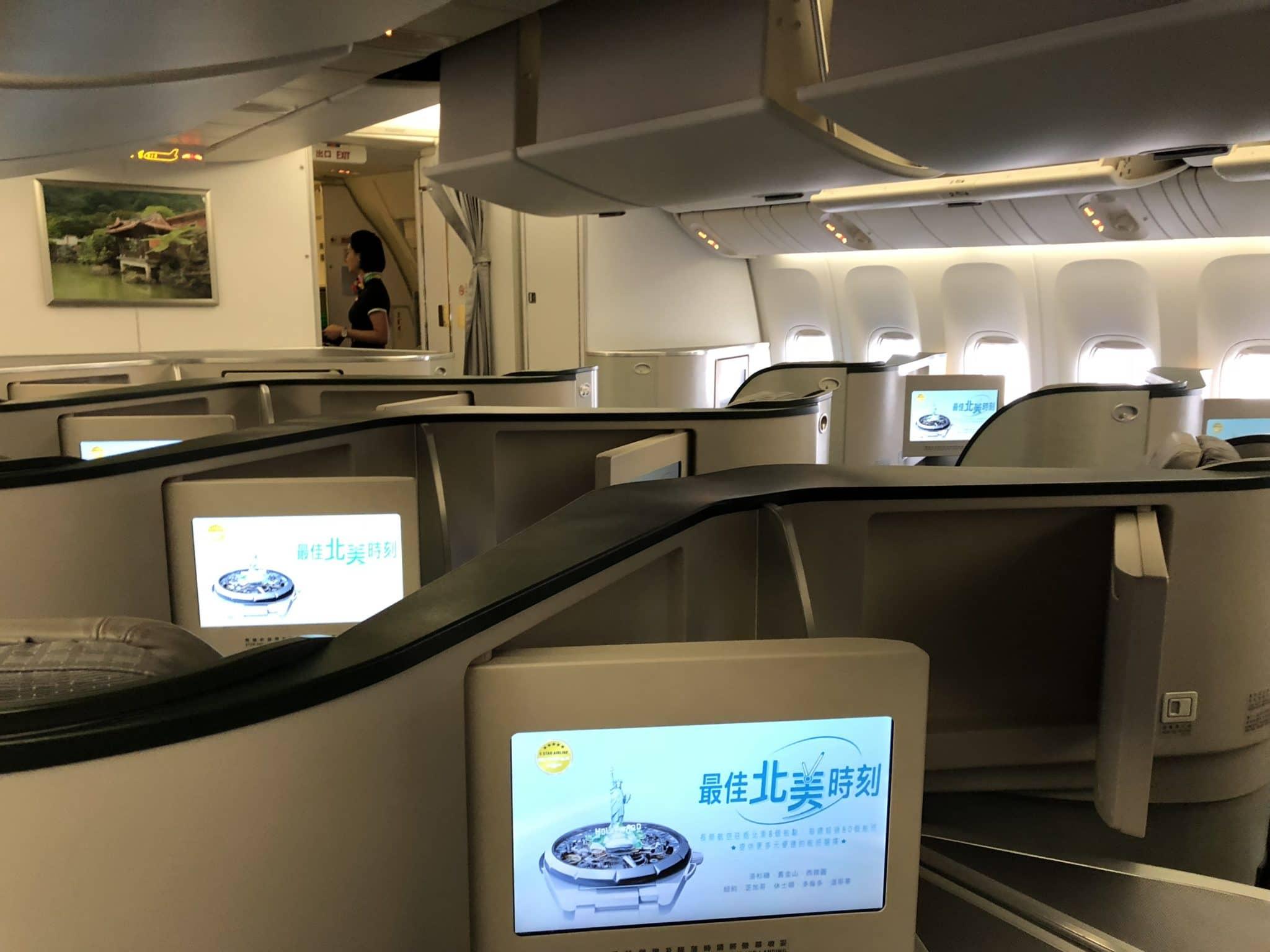 EVA Air Business Class Boeing 777-300 Kabine Hinflug Ansicht von hinten