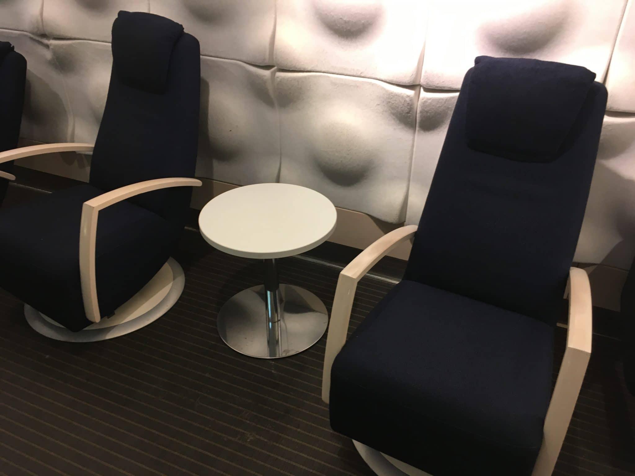 Finnair Lounge Helsinki Non-Schengen Sessel mit Tisch