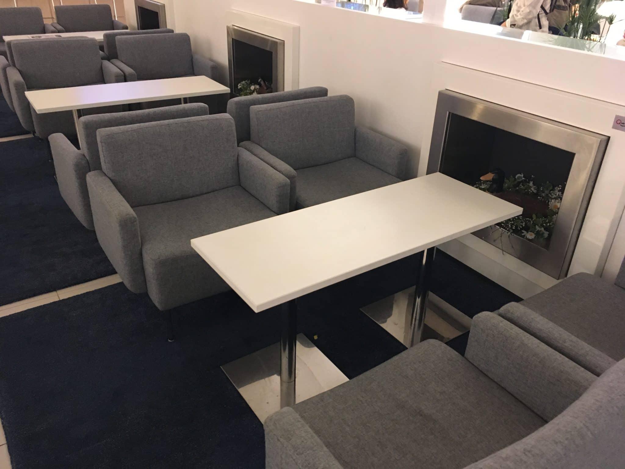 Finnair Lounge Helsinki Non-Schengen Gruppentisch