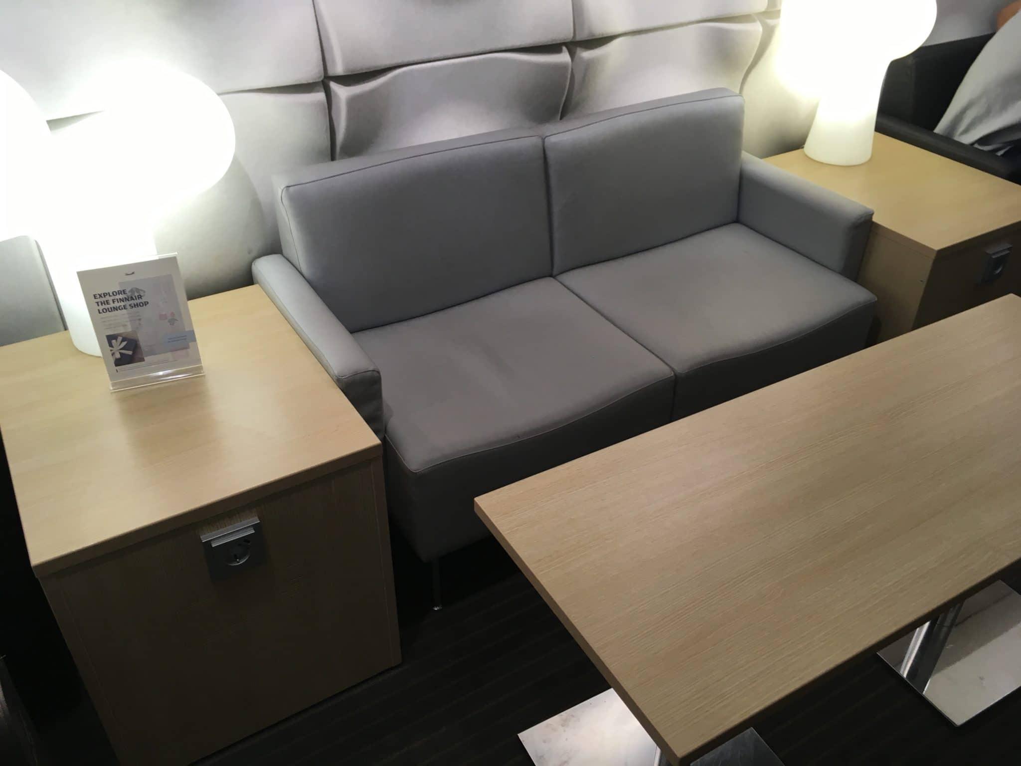 Finnair Lounge Helsinki Non-Schengen Steckdose Couch