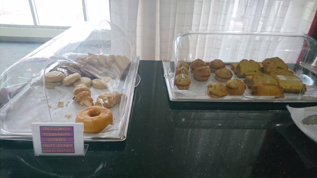 Karibuni Lounge Entebbe Buffet Donuts und Muffins